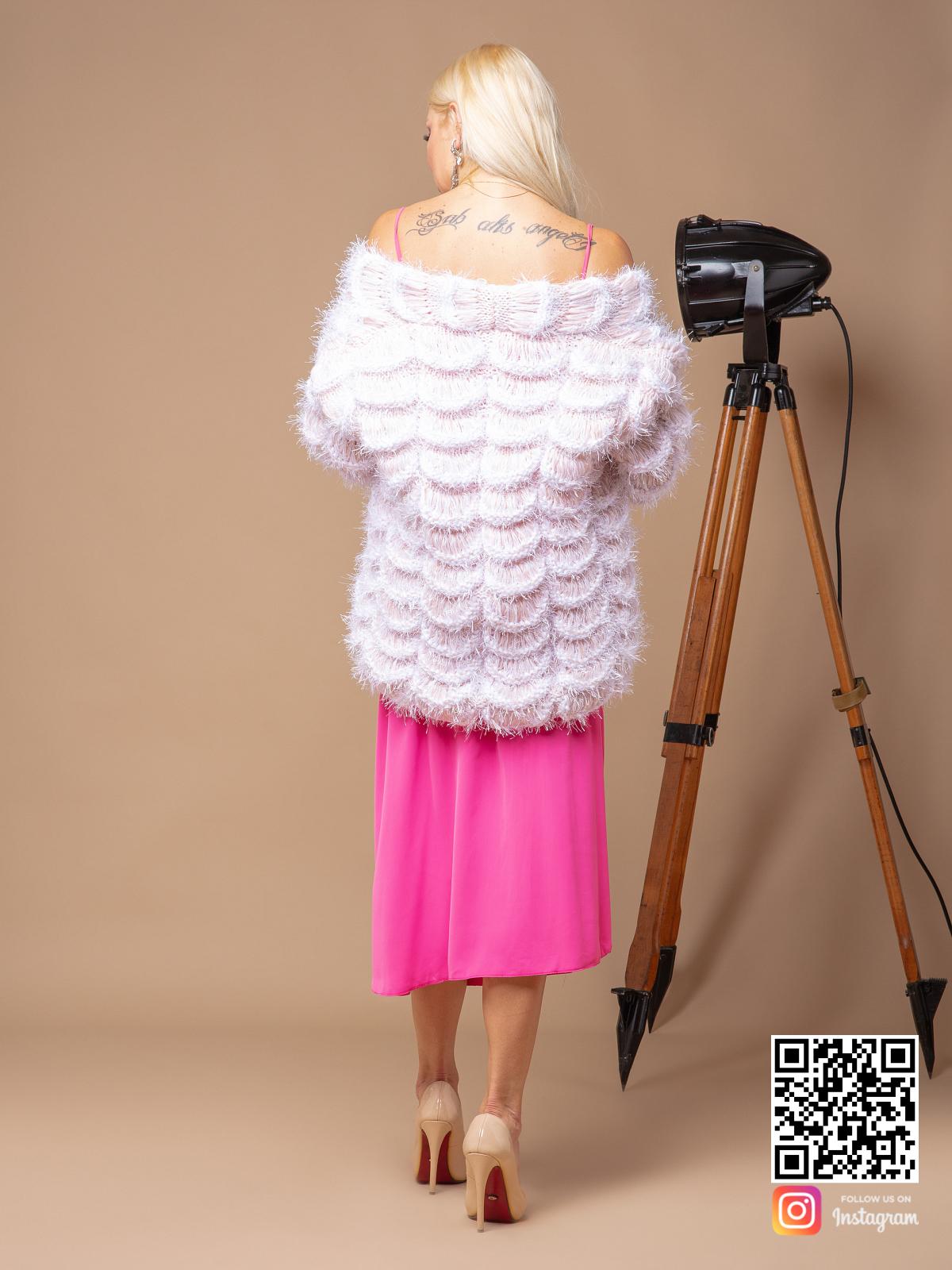 На шестой фотографии модный бежевый бомбер для девушек и женщин от Shapar, бренда вязаной одежды ручной работы в интернет-магазине связанных спицами вещей.