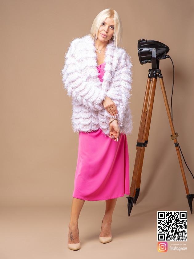 На фотографии женский бежевый бомбер от Shapar, бренда вязаной одежды ручной работы в интернет-магазине связанных спицами вещей.
