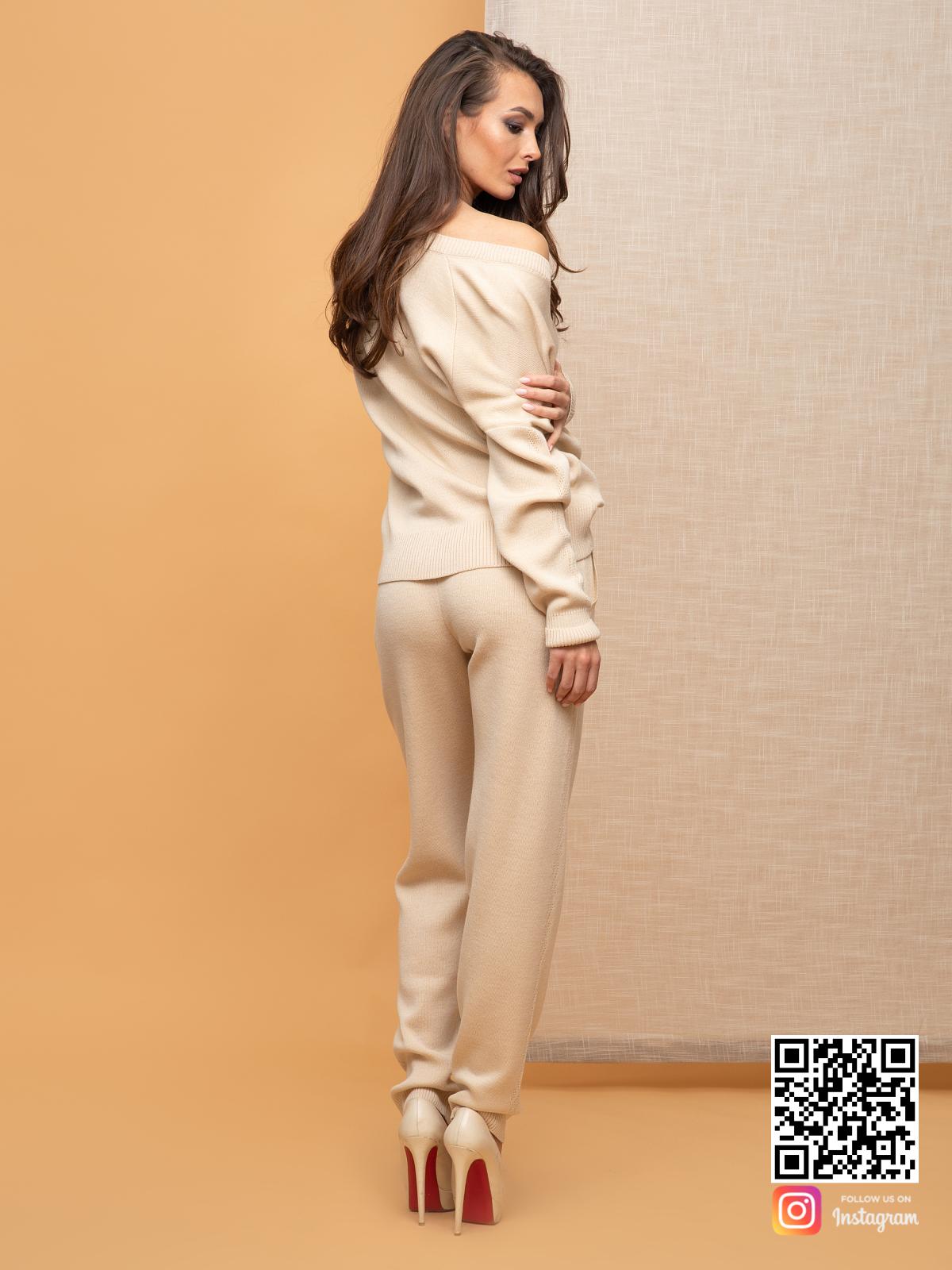 На второй фотографии бежевый брючный костюм женский со спины от Shapar, бренда вязаной одежды ручной работы в интернет-магазине связанных спицами вещей.