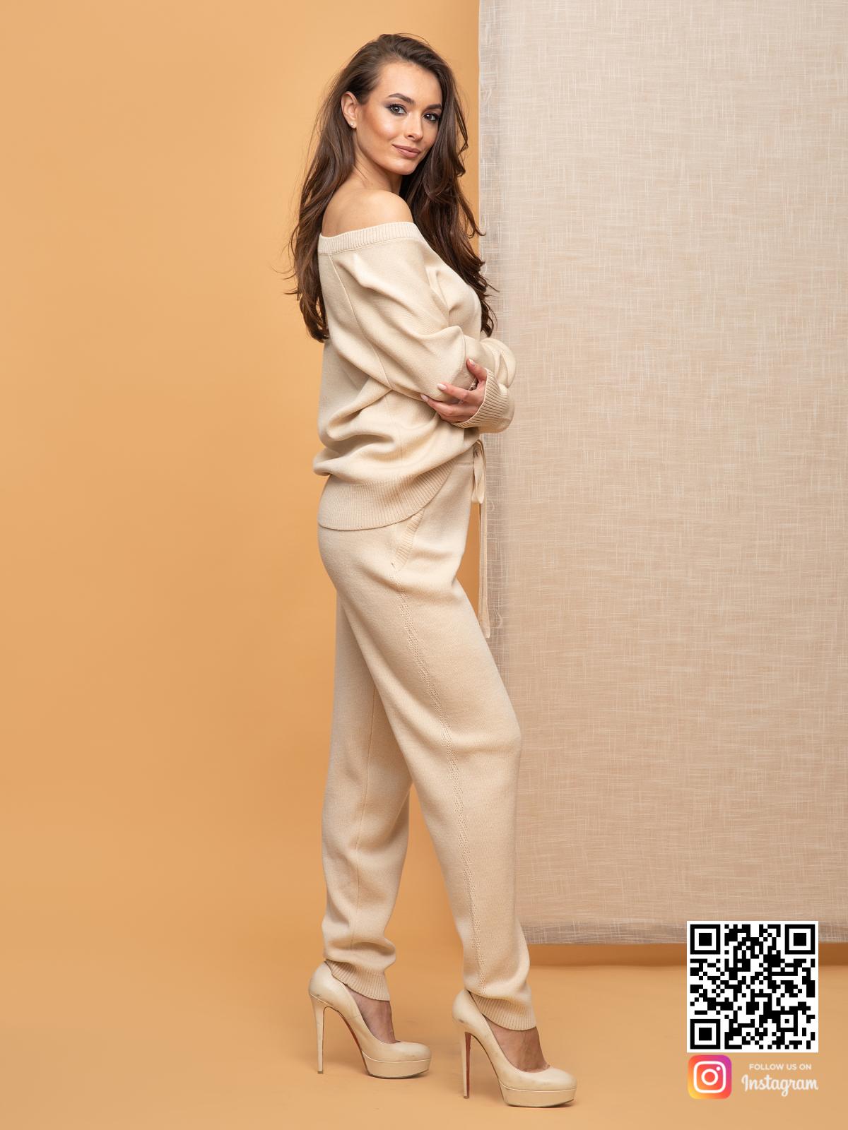 На третьей фотографии бежевый брючный костюм женский на одно плечо от Shapar, бренда вязаной одежды ручной работы в интернет-магазине связанных спицами вещей.