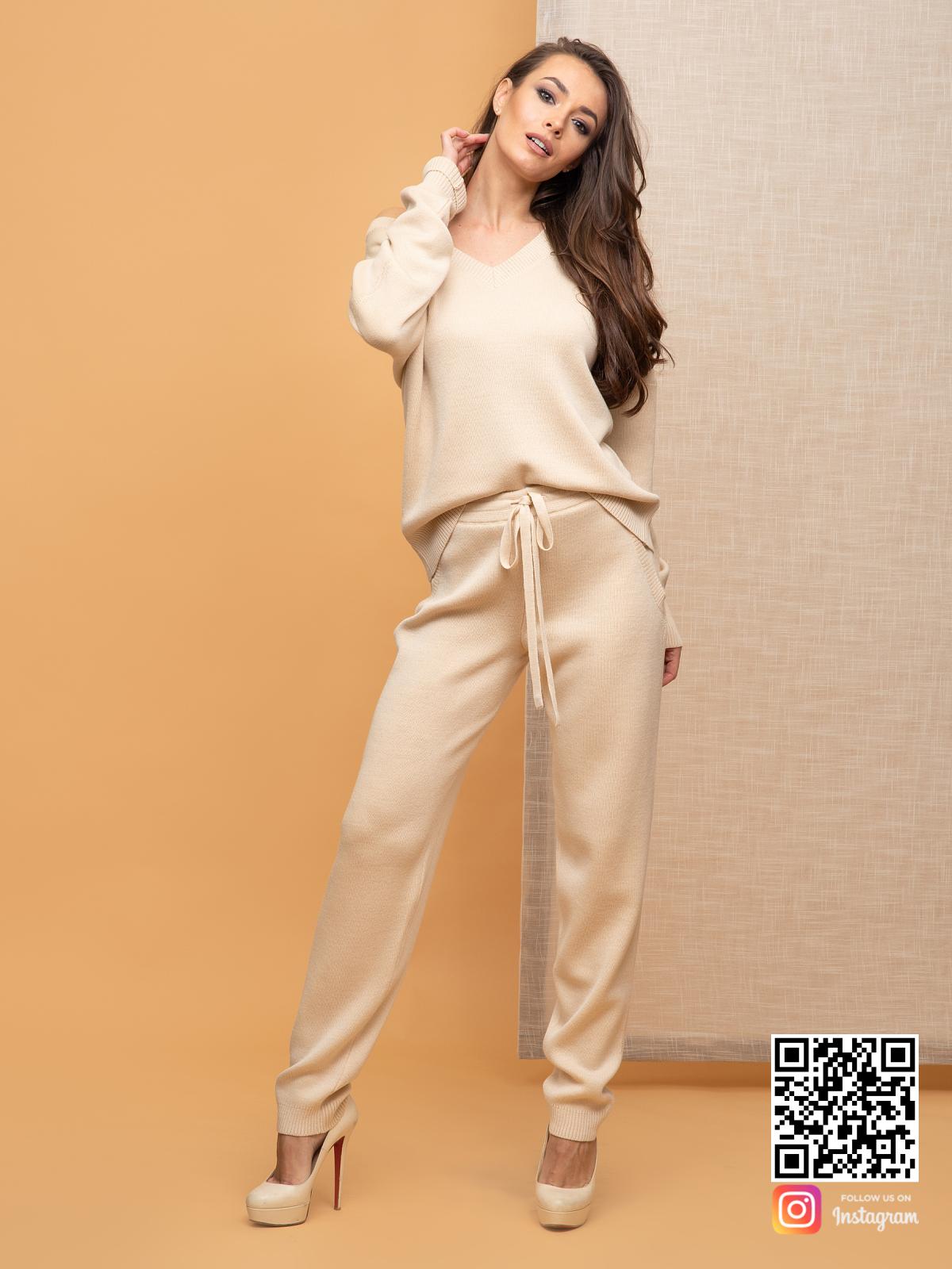 На четвертой фотографии бежевый брючный костюм женский с V вырезом от Shapar, бренда вязаной одежды ручной работы в интернет-магазине связанных спицами вещей.