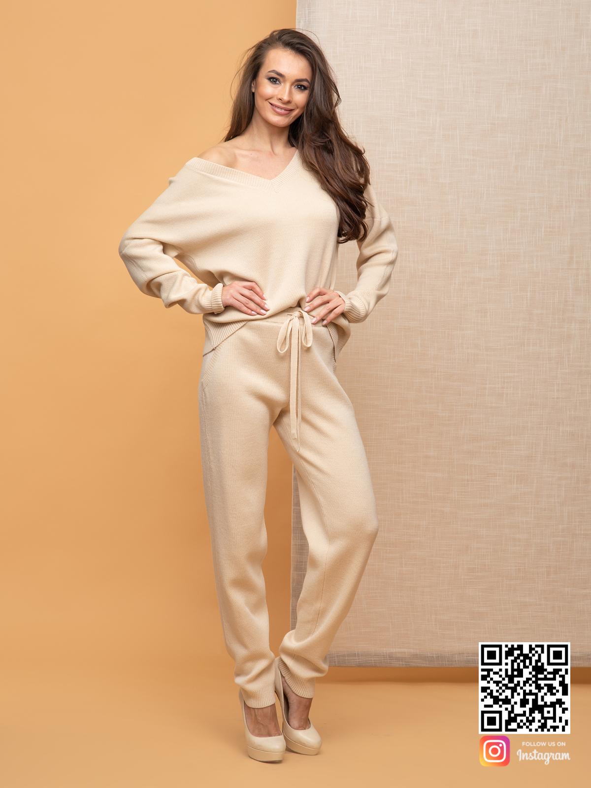 На фотографии бежевый брючный костюм женский от Shapar, бренда вязаной одежды ручной работы в интернет-магазине связанных спицами вещей.