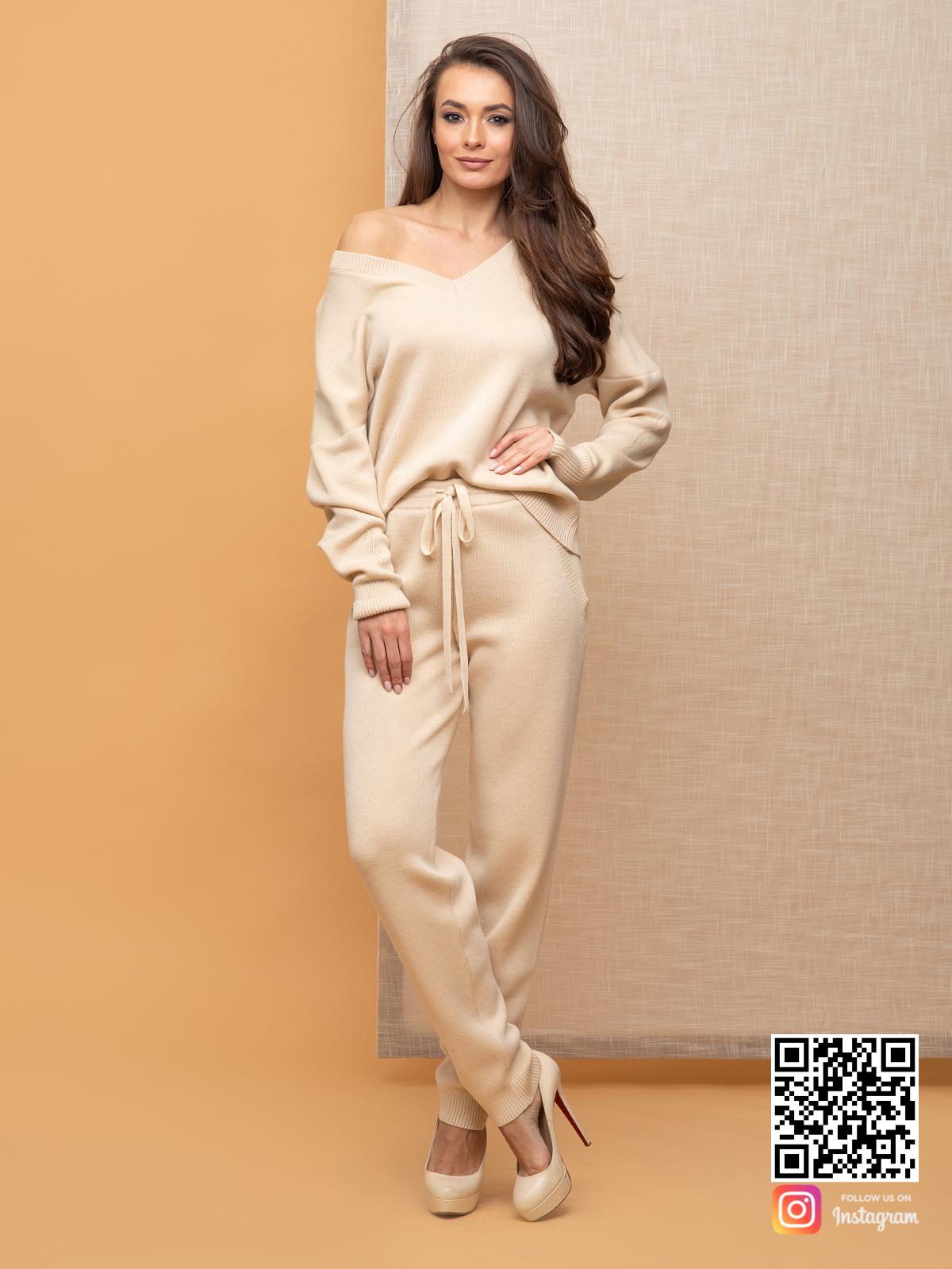 На шестой фотографии повседневный брючный костюм женский на каждый день от Shapar, бренда вязаной одежды ручной работы в интернет-магазине связанных спицами вещей.