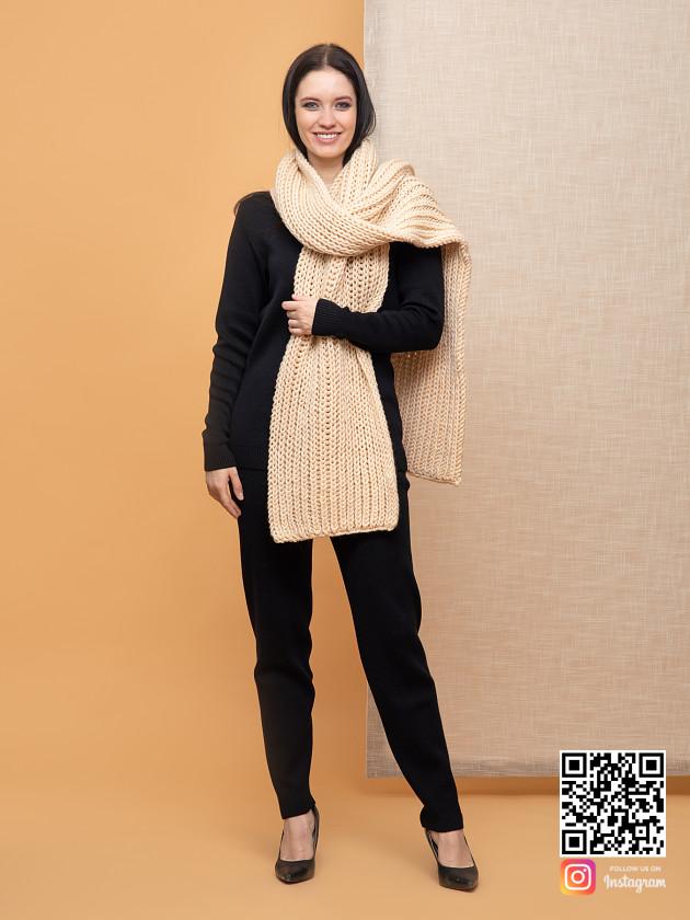 На фотографии женский бежевый шарф от Shapar, бренда вязаной одежды ручной работы в интернет-магазине связанных спицами вещей.