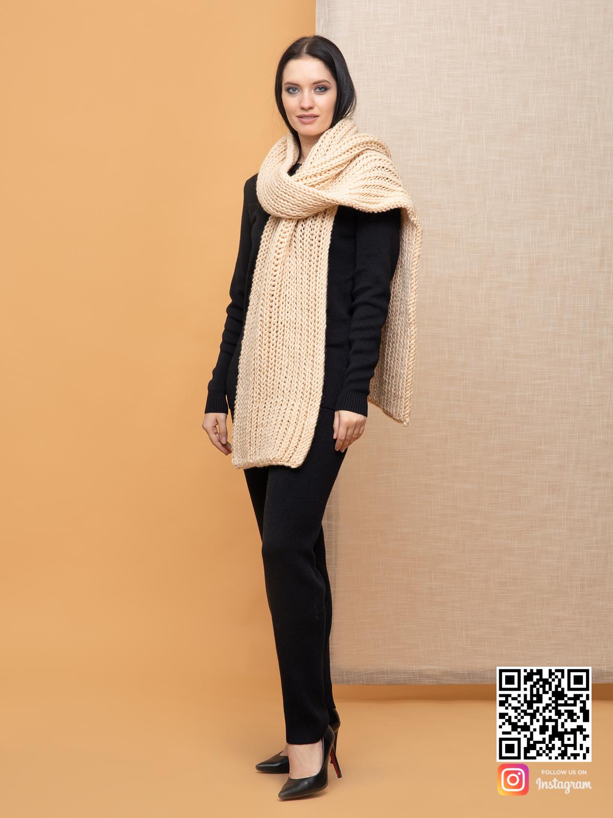 На четвертой фотографии модный бежевый шарф для девушек от Shapar, бренда вязаной одежды ручной работы в интернет-магазине связанных спицами вещей.