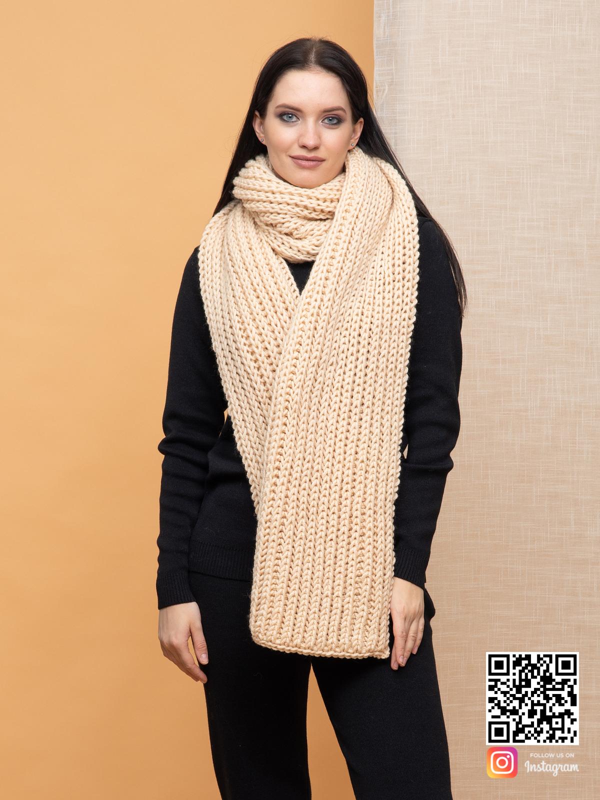 На пятой фотографии стильный бежевый шарф крупной вязки для женщин от Shapar, бренда вязаной одежды ручной работы в интернет-магазине связанных спицами вещей.