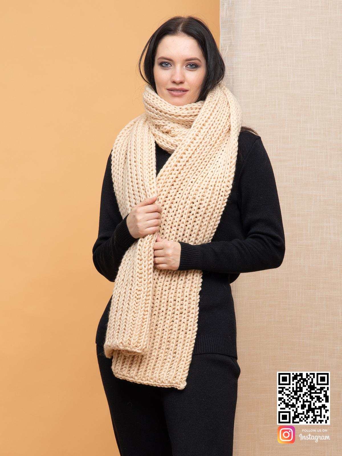 На второй фотографии женский объемный бежевый шарф от Shapar, бренда вязаной одежды ручной работы в интернет-магазине связанных спицами вещей.
