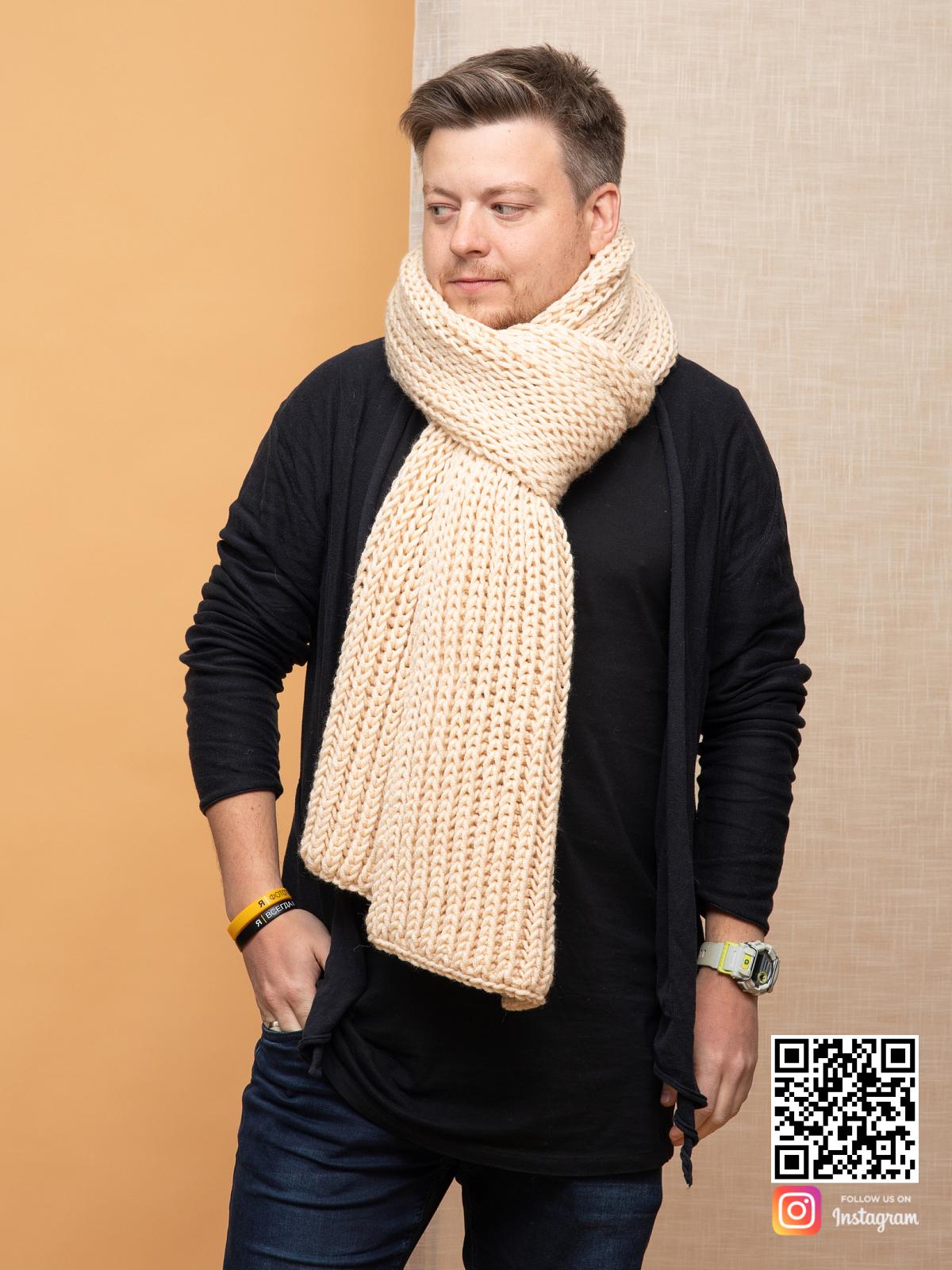 На пятой фотографии стильный бежевый шарф мужской от Shapar, бренда вязаной одежды ручной работы в интернет-магазине связанных спицами вещей.