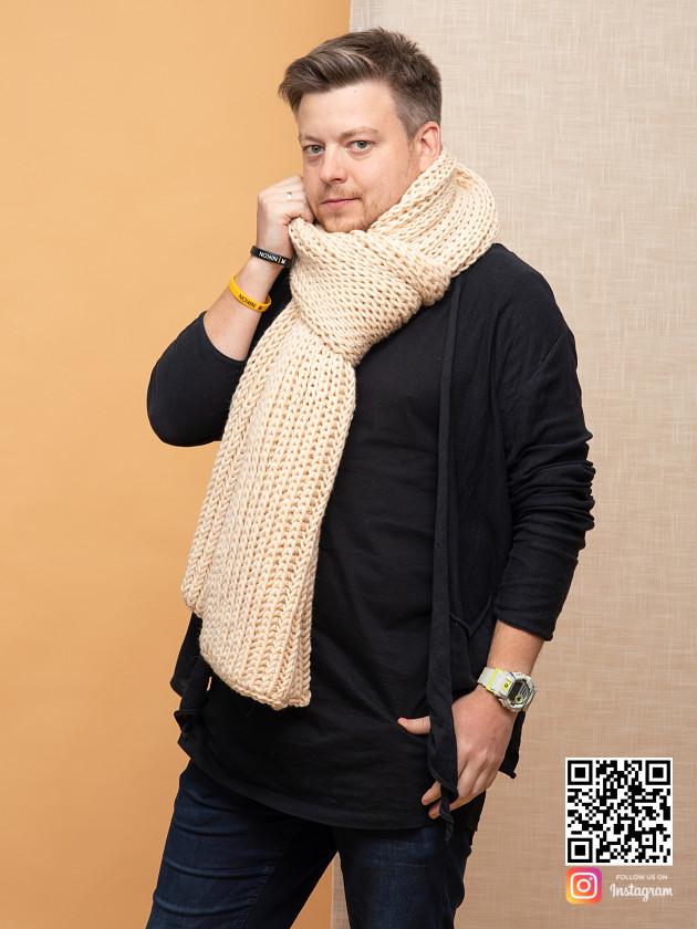 На фотографии бежевый шарф мужской от Shapar, бренда вязаной одежды ручной работы в интернет-магазине связанных спицами вещей.