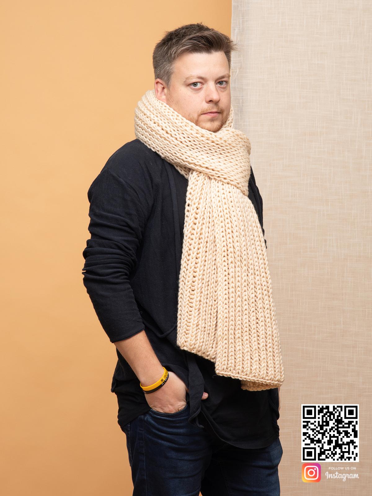 На третьей фотографии шарф мужской бежевого цвета от Shapar, бренда вязаной одежды ручной работы в интернет-магазине связанных спицами вещей.