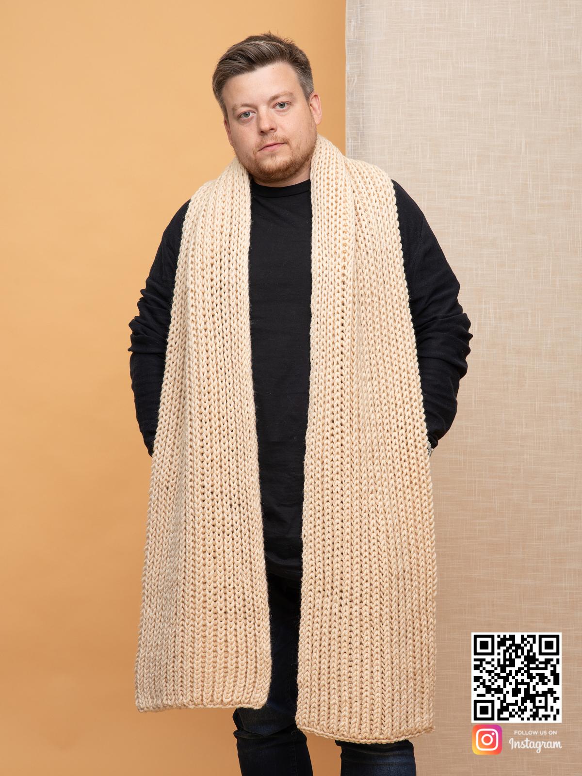 На четвертой фотографии бежевый шарф мужской крупной вязки от Shapar, бренда вязаной одежды ручной работы в интернет-магазине связанных спицами вещей.
