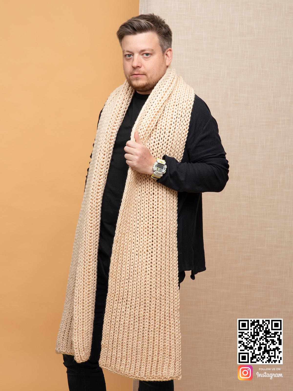 На второй фотографии длинный бежевый шарф мужской от Shapar, бренда вязаной одежды ручной работы в интернет-магазине связанных спицами вещей.
