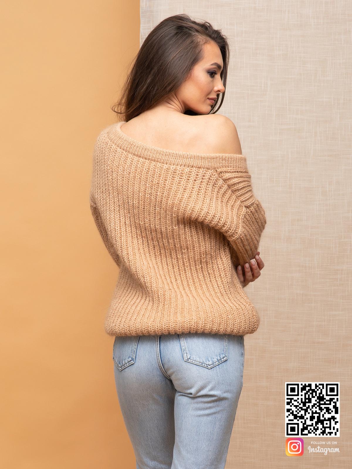 На четвертой фотографии бежевый свитер женский на одно плечо от Shapar, бренда вязаной одежды ручной работы в интернет-магазине связанных спицами вещей.
