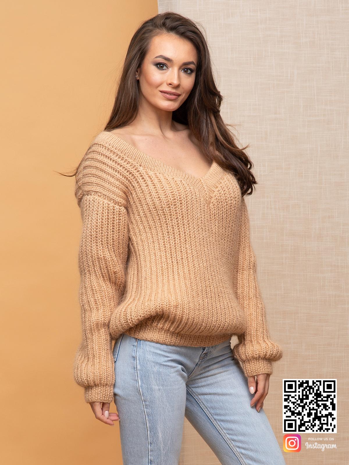 На третьей фотографии бежевый свитер женский с v вырезом от Shapar, бренда вязаной одежды ручной работы в интернет-магазине связанных спицами вещей.