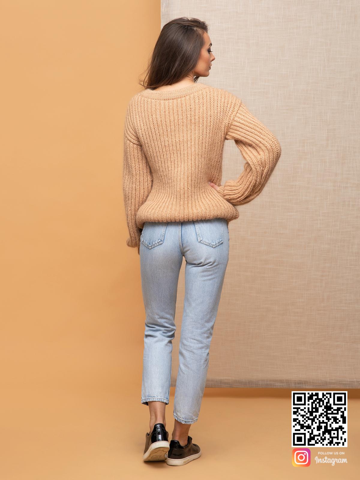 На второй фотографии бежевый свитер женский со спины от Shapar, бренда вязаной одежды ручной работы в интернет-магазине связанных спицами вещей.