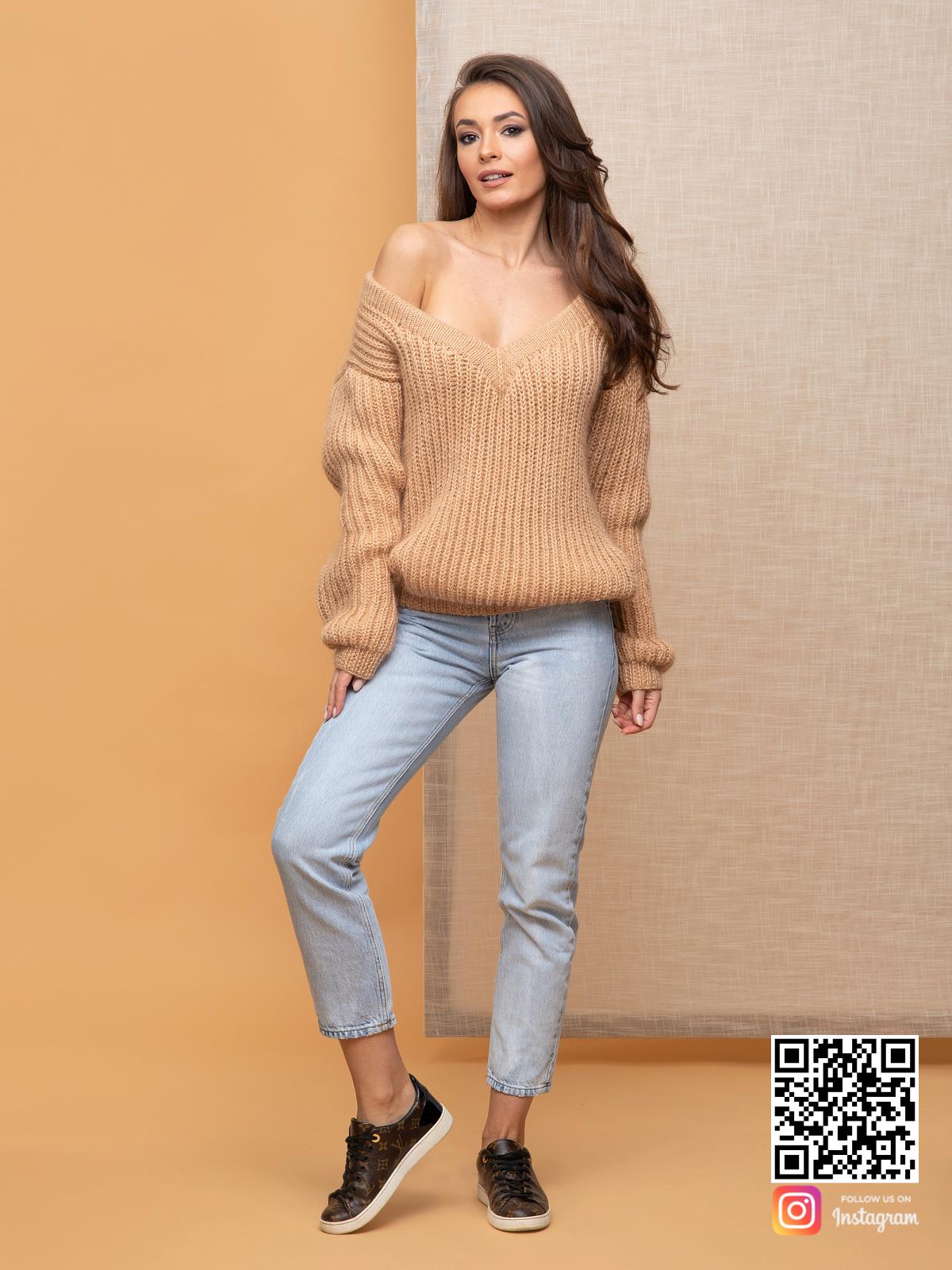 На пятой фотографии пушистый бежевый свитер женский от Shapar, бренда вязаной одежды ручной работы в интернет-магазине связанных спицами вещей.
