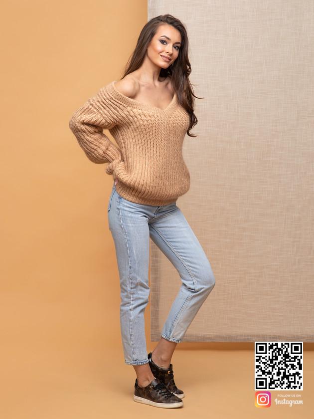 На фотографии бежевый свитер женский от Shapar, бренда вязаной одежды ручной работы в интернет-магазине связанных спицами вещей.