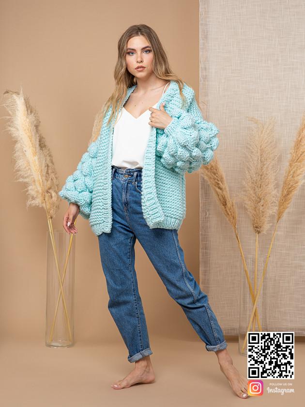 На фотографии женский бирюзовый кардиган от Shapar, бренда вязаной одежды ручной работы в интернет-магазине связанных спицами вещей.