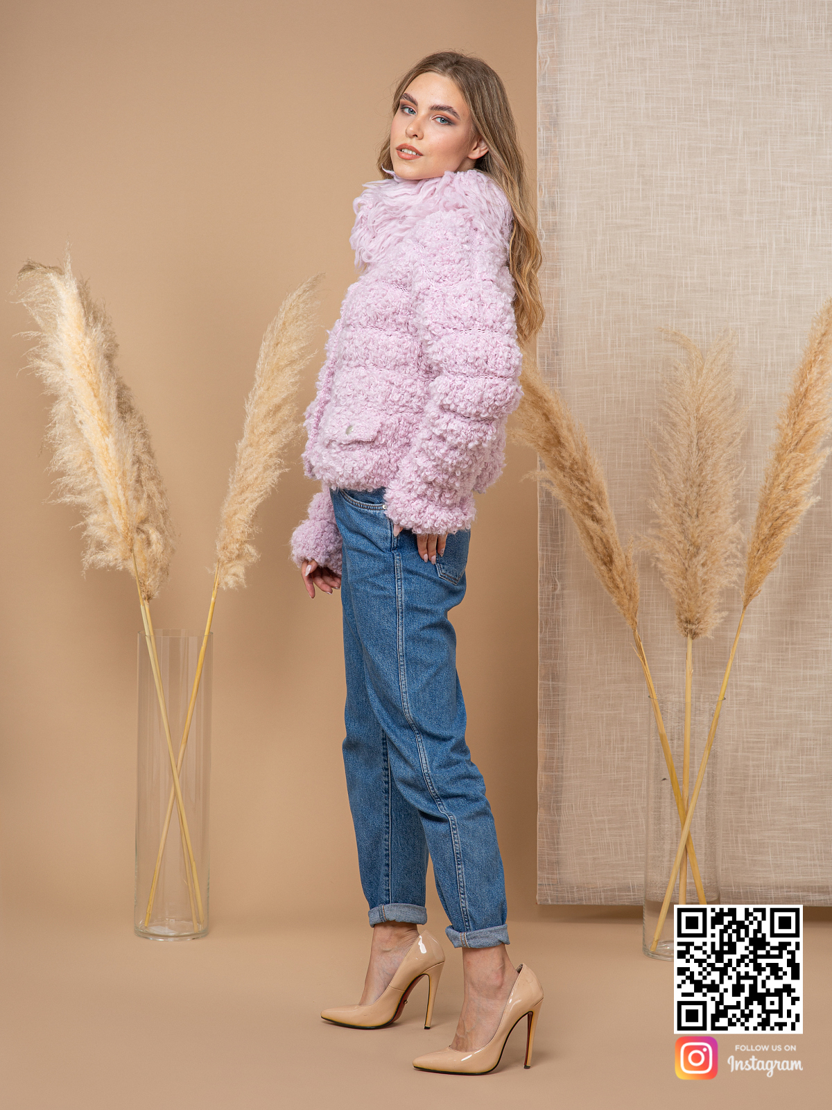 На четвертой фотографии розовый буклированный кардиган от Shapar, бренда вязаной одежды ручной работы в интернет-магазине связанных спицами вещей.