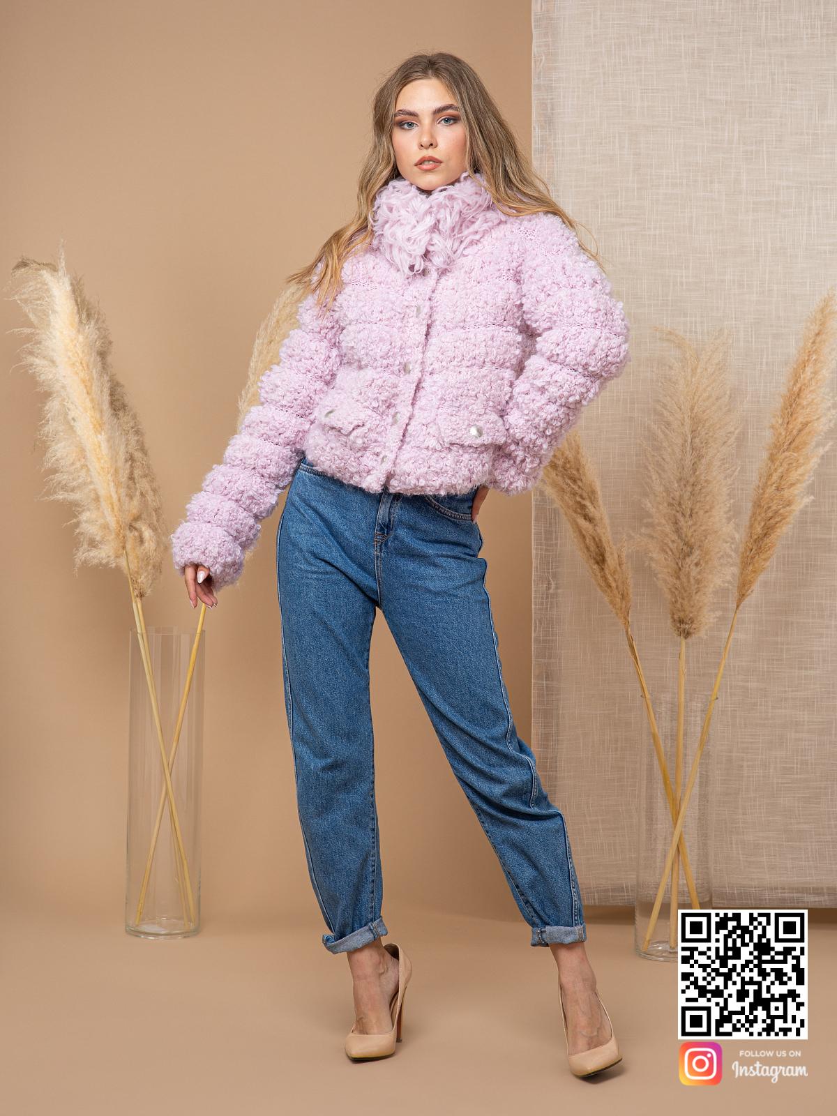 На третьей фотографии женский буклированный кардиган на пуговицах от Shapar, бренда вязаной одежды ручной работы в интернет-магазине связанных спицами вещей.