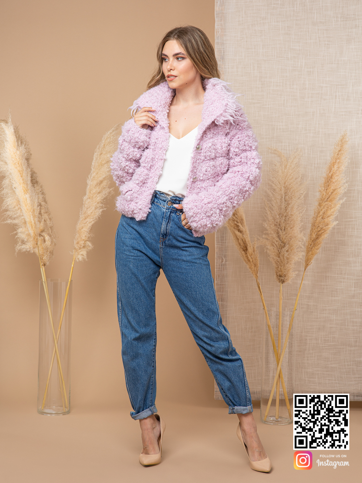 На пятой фотографии модный буклированный кардиган розового цвета от Shapar, бренда вязаной одежды ручной работы в интернет-магазине связанных спицами вещей.