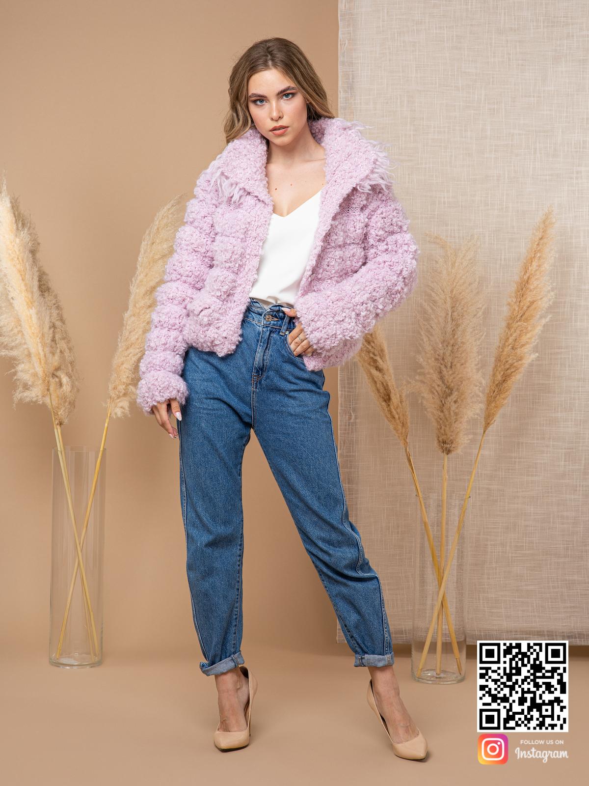 На фотографии женский буклированный кардиган от Shapar, бренда вязаной одежды ручной работы в интернет-магазине связанных спицами вещей.