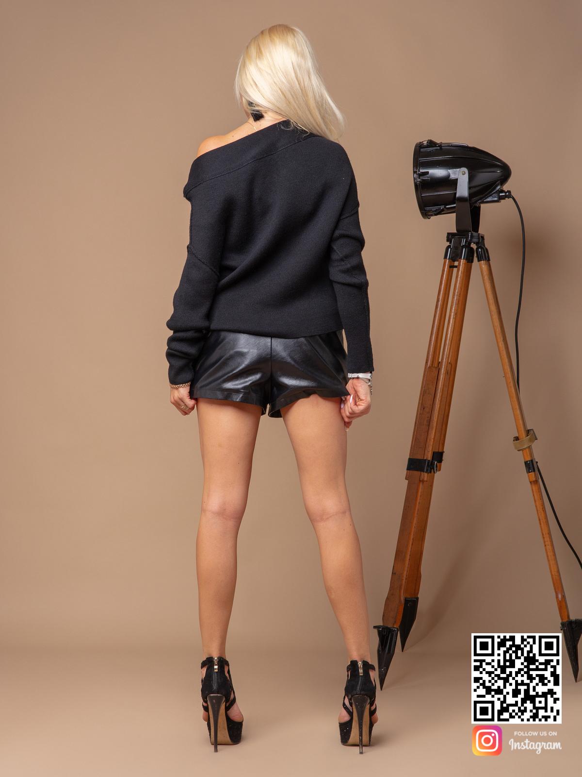 На второй фотографии черный джемпер женский со спины от Shapar, бренда вязаной одежды ручной работы в интернет-магазине связанных спицами вещей.