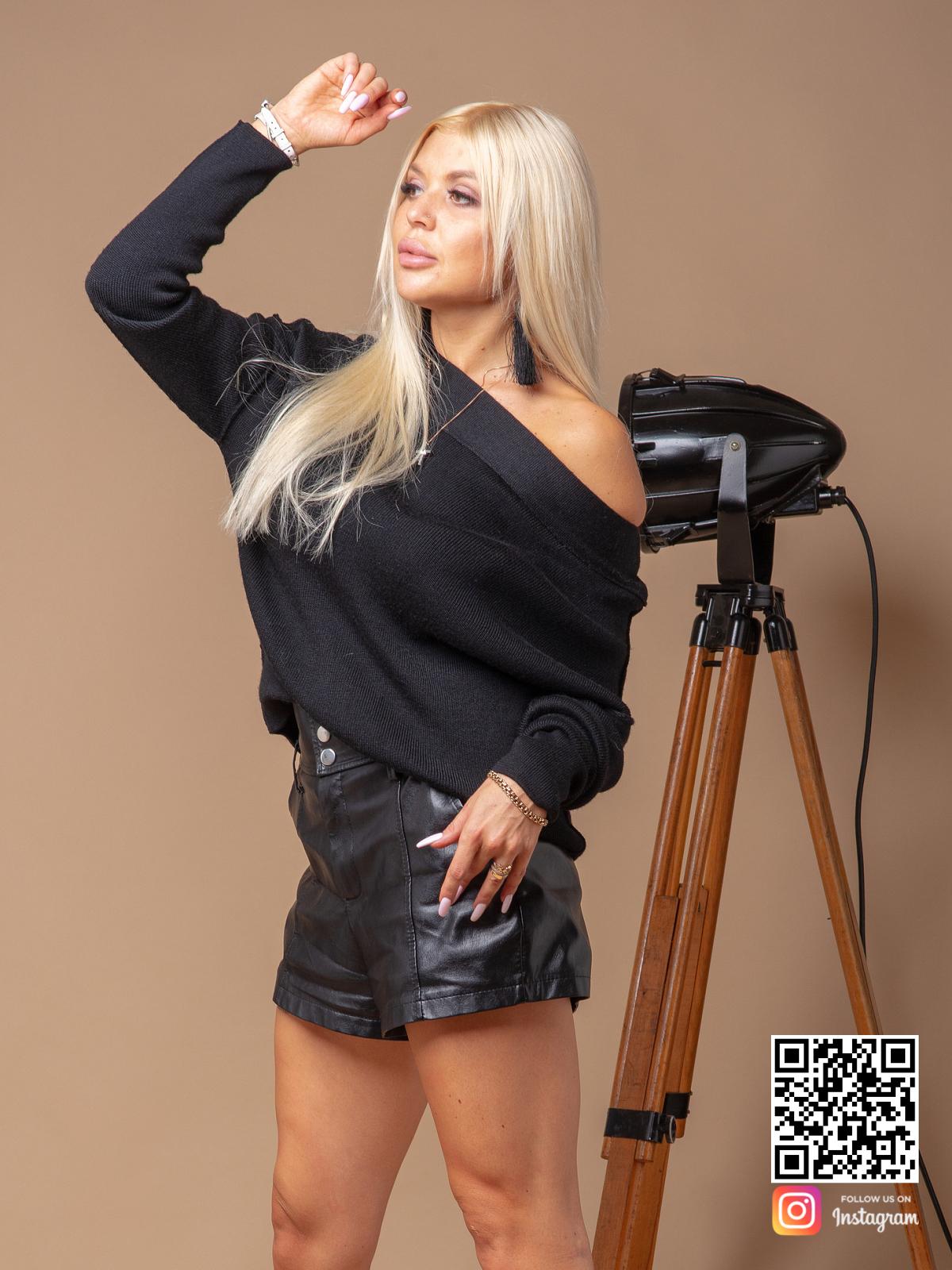 На пятой фотографии черный джемпер женский машинной вязки от Shapar, бренда одежды ручной работы в интернет-магазине связанных спицами вещей.