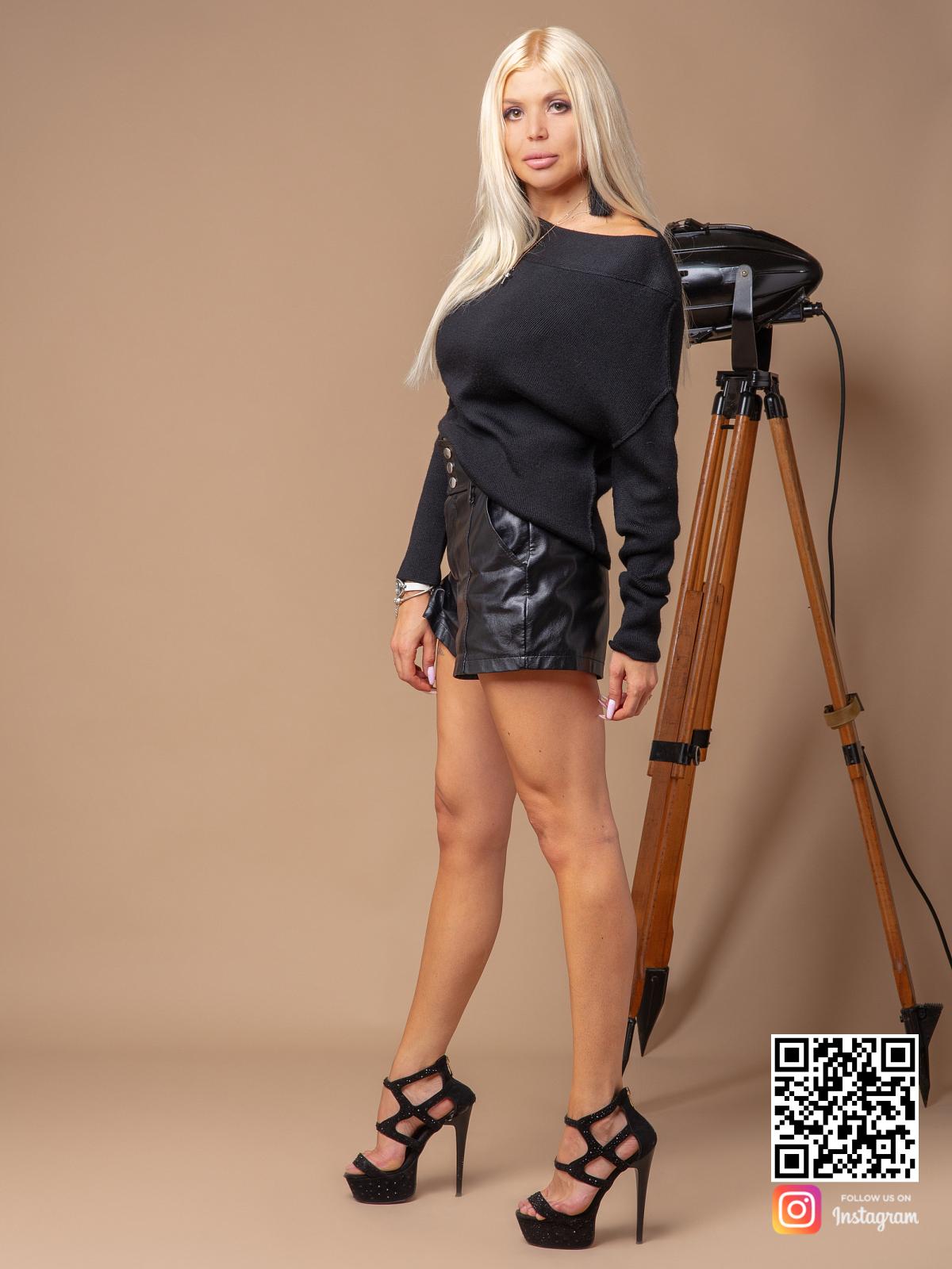 На третьей фотографии черный джемпер женский на одно плечо от Shapar, бренда вязаной одежды ручной работы в интернет-магазине связанных спицами вещей.