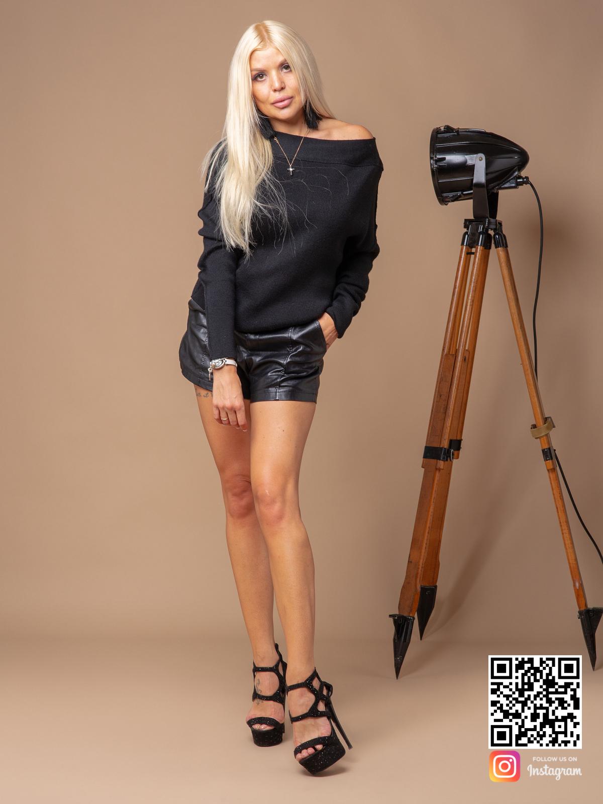 На четвертой фотографии модный черный джемпер женский от Shapar, бренда вязаной одежды ручной работы в интернет-магазине связанных спицами вещей.
