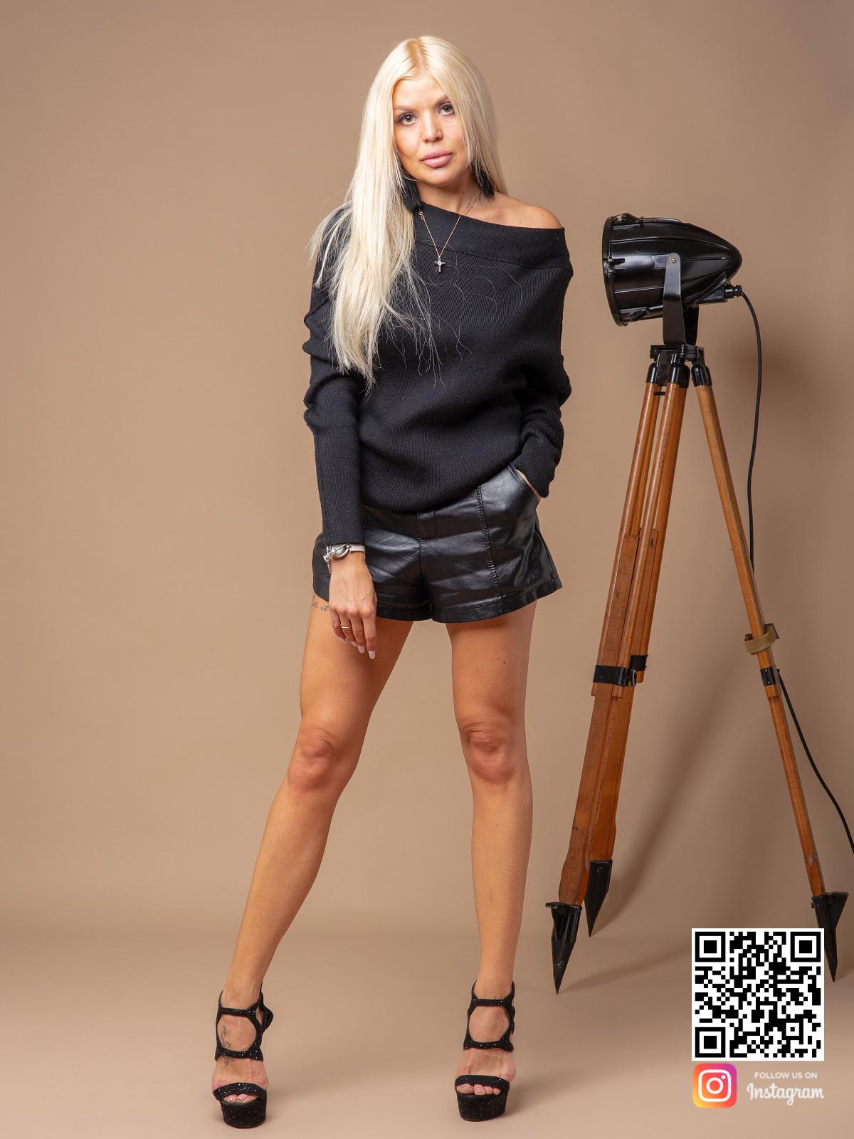 На фотографии черный джемпер женский от Shapar, бренда вязаной одежды ручной работы в интернет-магазине связанных спицами вещей.