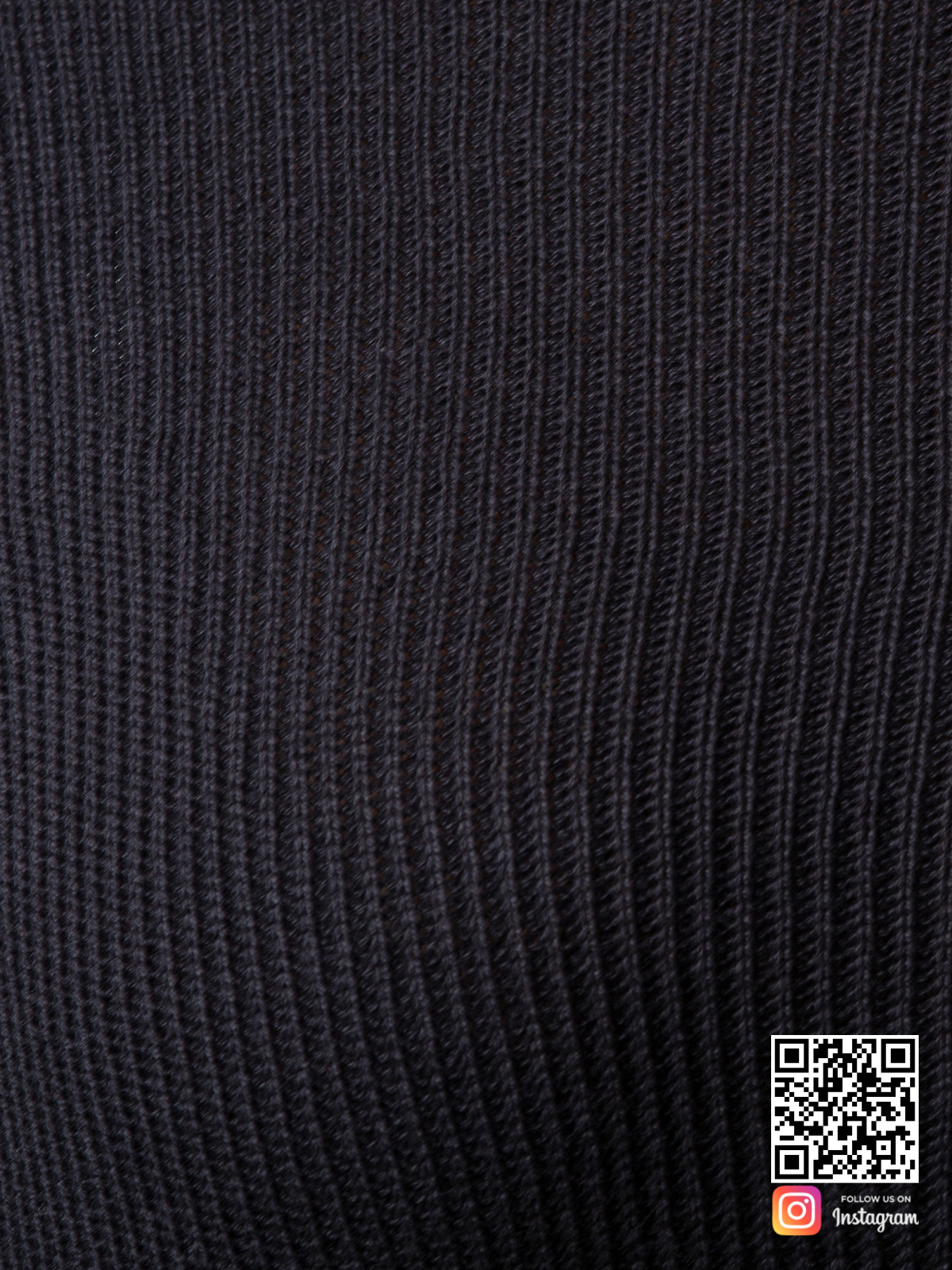 На шестой фотографии женский черный костюм с шортами крупным планом от Shapar, бренда вязаной одежды ручной работы в интернет-магазине связанных спицами вещей.