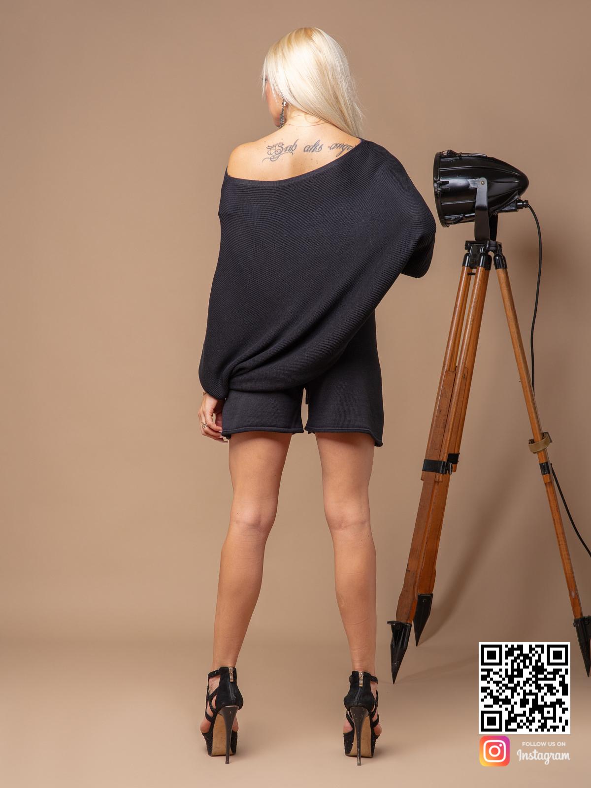 На второй фотографии женский черный костюм с шортами со спины от Shapar, бренда вязаной одежды ручной работы в интернет-магазине связанных спицами вещей.