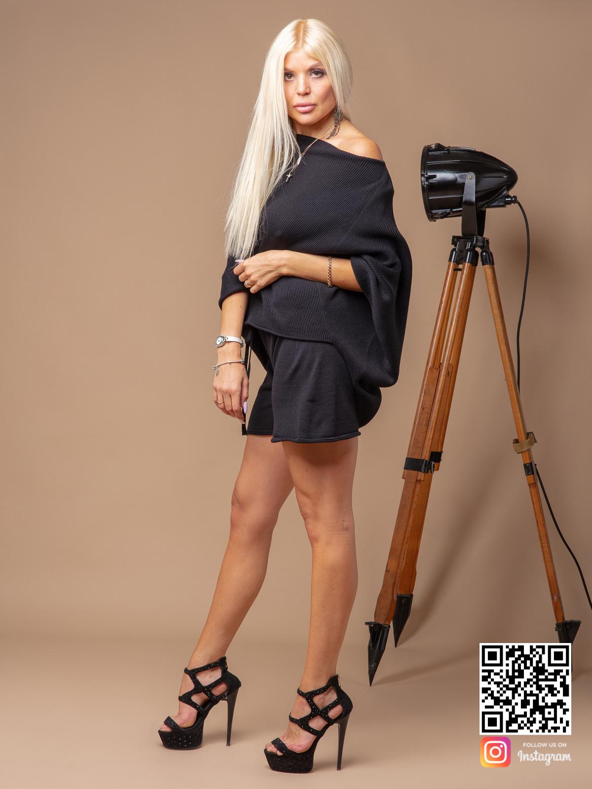 На третьей фотографии женский черный костюм с шортами на одно плечо от Shapar, бренда вязаной одежды ручной работы в интернет-магазине связанных спицами вещей.