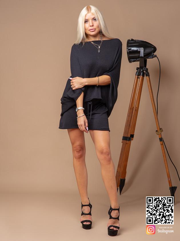 На фотографии женский черный костюм с шортами от Shapar, бренда вязаной одежды ручной работы в интернет-магазине связанных спицами вещей.