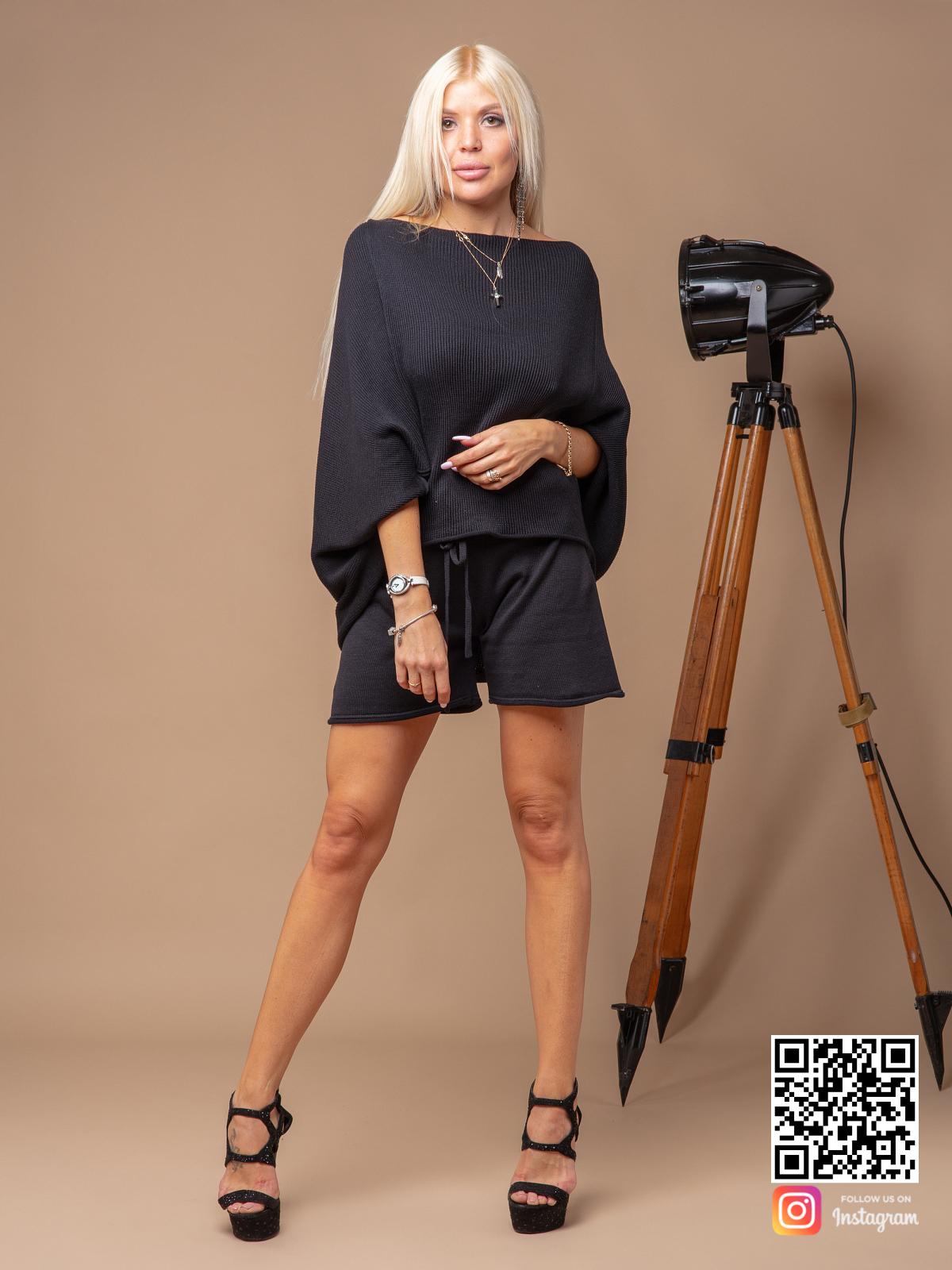 На четвертой фотографии женский черный костюм с шортами из хлопка от Shapar, бренда вязаной одежды ручной работы в интернет-магазине связанных спицами вещей.