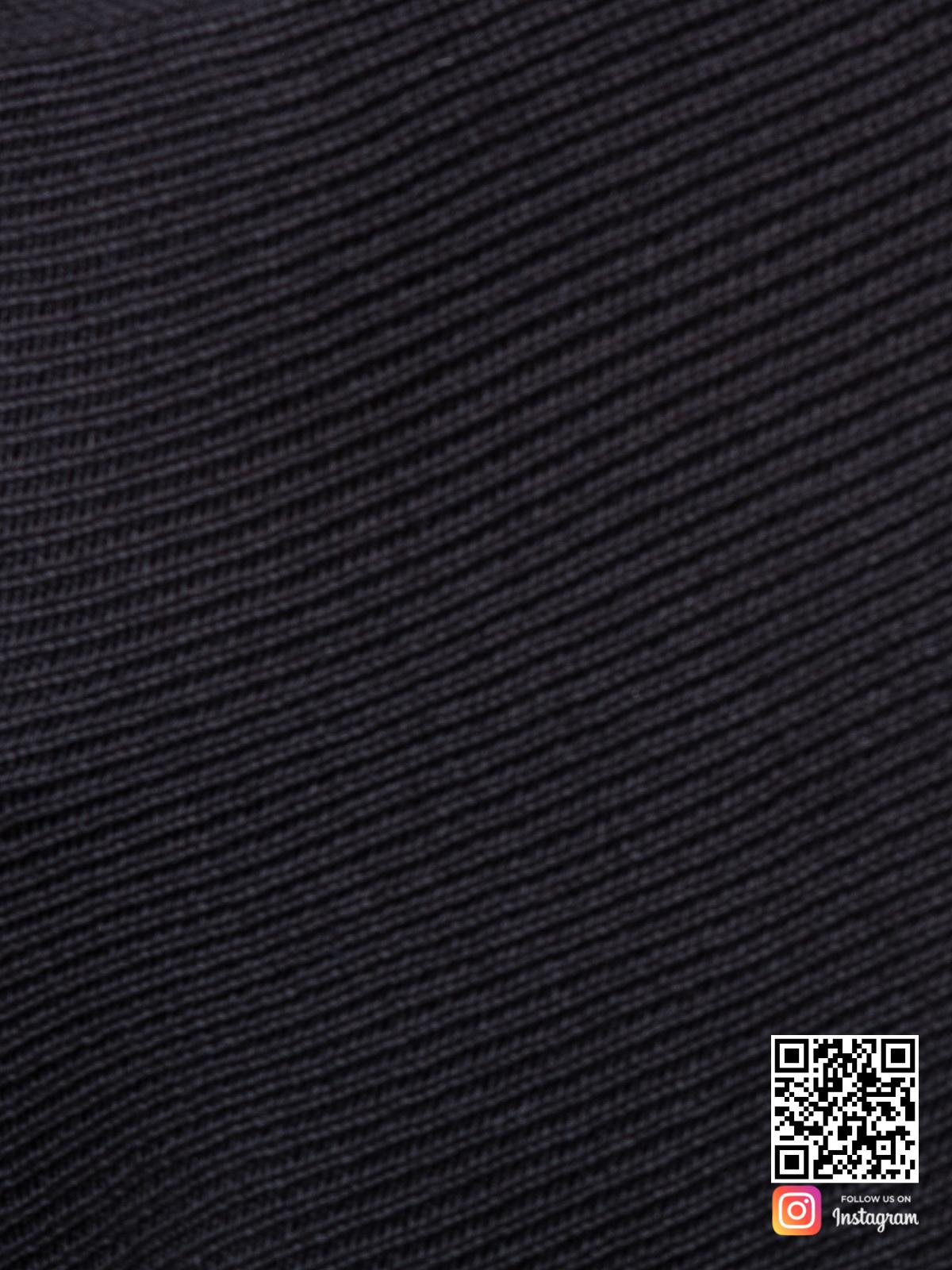 На шестой фотографии женский черный свитер оверсайз крупным планом от Shapar, бренда вязаной одежды ручной работы в интернет-магазине связанных спицами вещей.