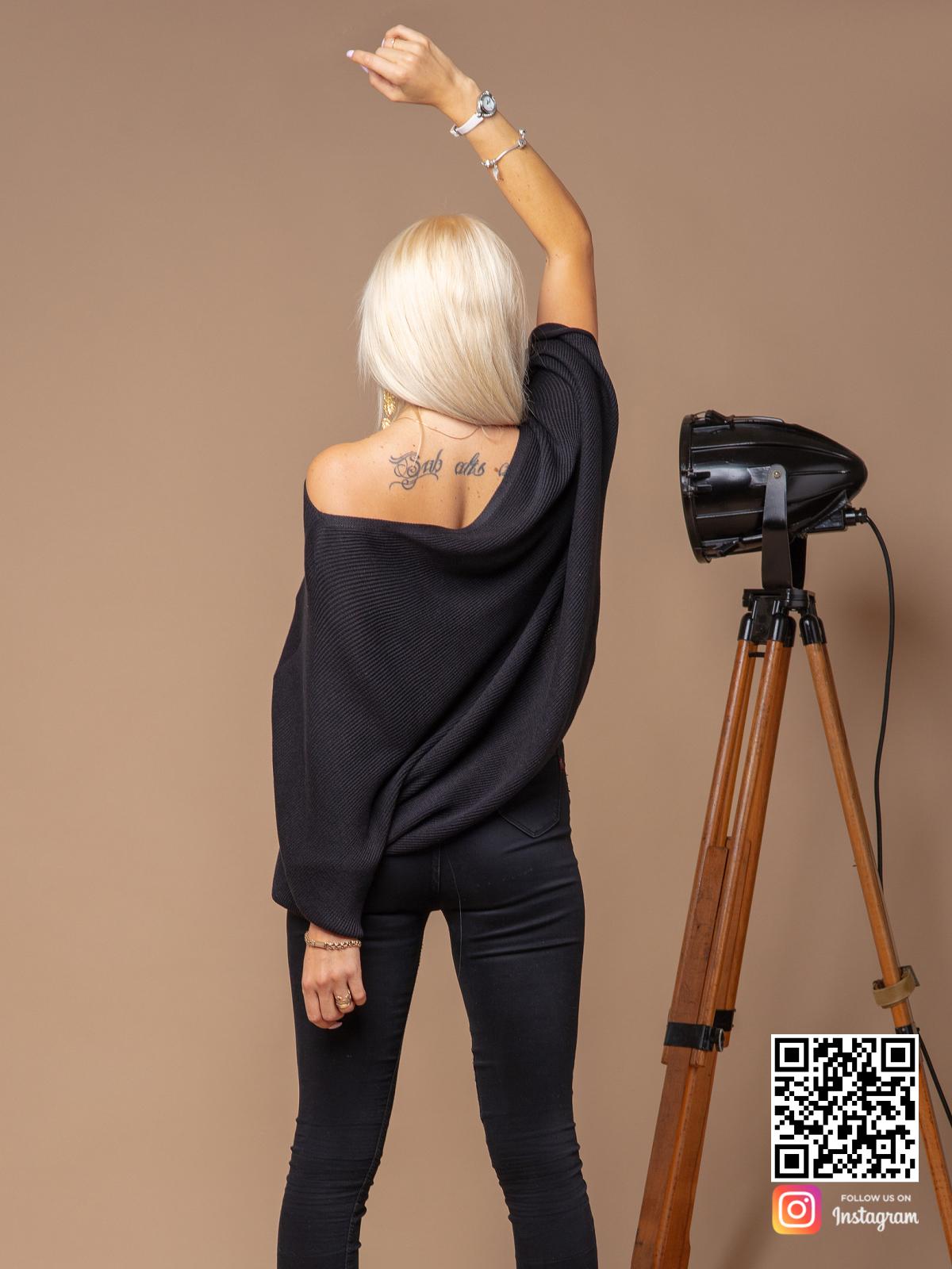 На пятой фотографии летний черный свитер оверсайз из хлопка от Shapar, бренда вязаной одежды ручной работы в интернет-магазине связанных спицами вещей.