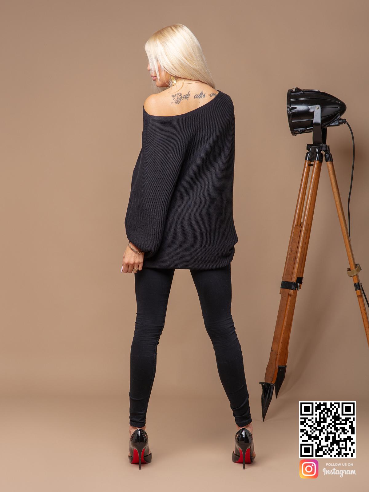 На второй фотографии женский черный свитер оверсайз со спины от Shapar, бренда вязаной одежды ручной работы в интернет-магазине связанных спицами вещей.