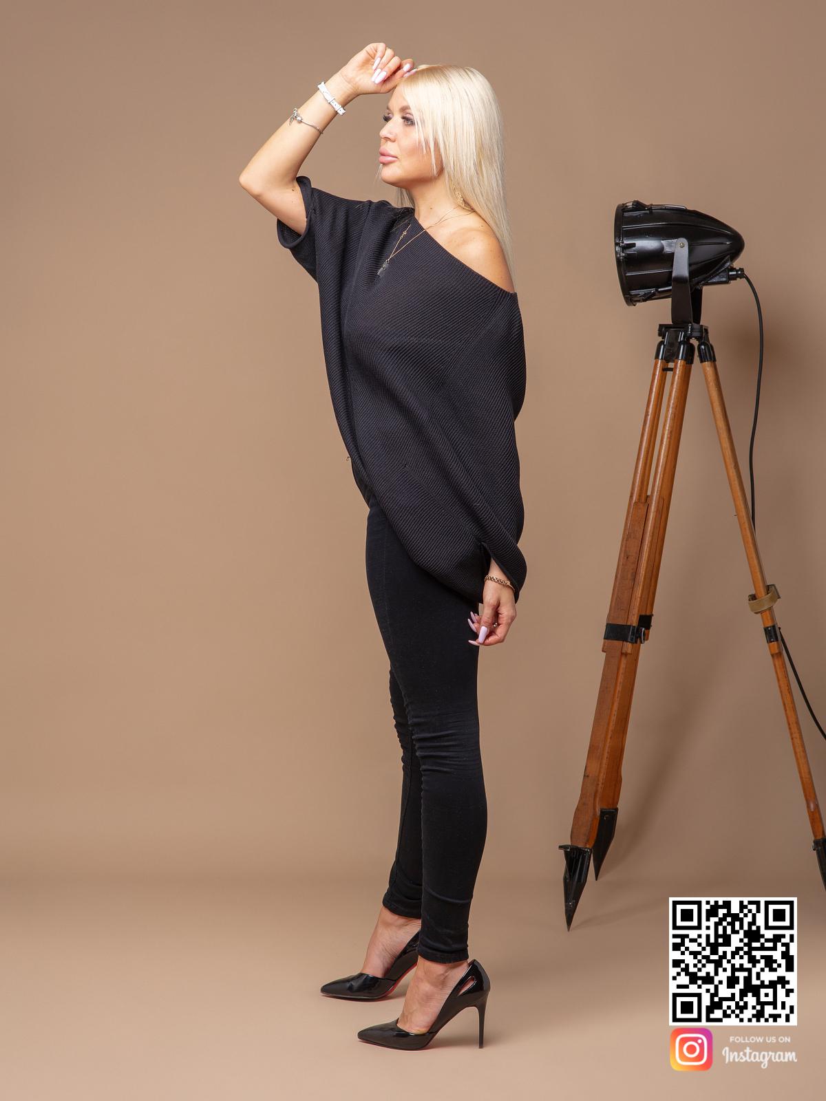 На третьей фотографии женский черный свитер оверсайз на одно плечо от Shapar, бренда вязаной одежды ручной работы в интернет-магазине связанных спицами вещей.