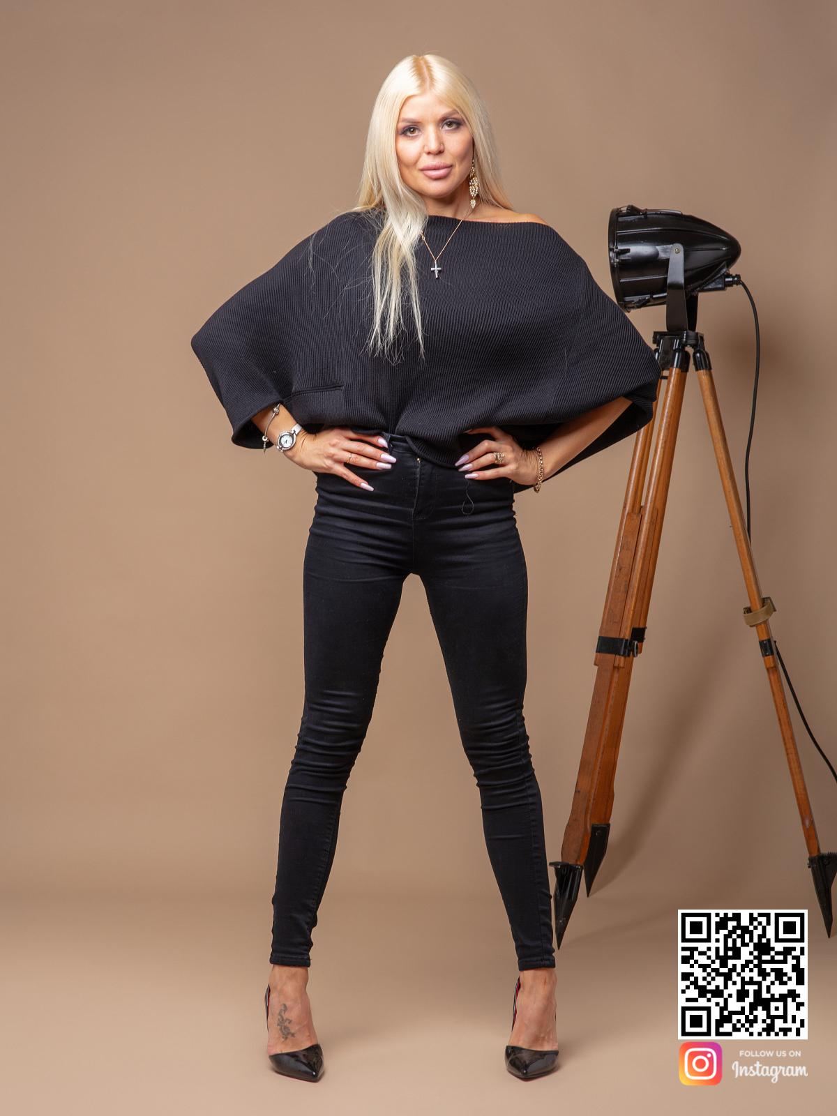 На четвертой фотографии женский черный свитер оверсайз с рукавами летучая мышь от Shapar, бренда вязаной одежды ручной работы в интернет-магазине связанных спицами вещей.