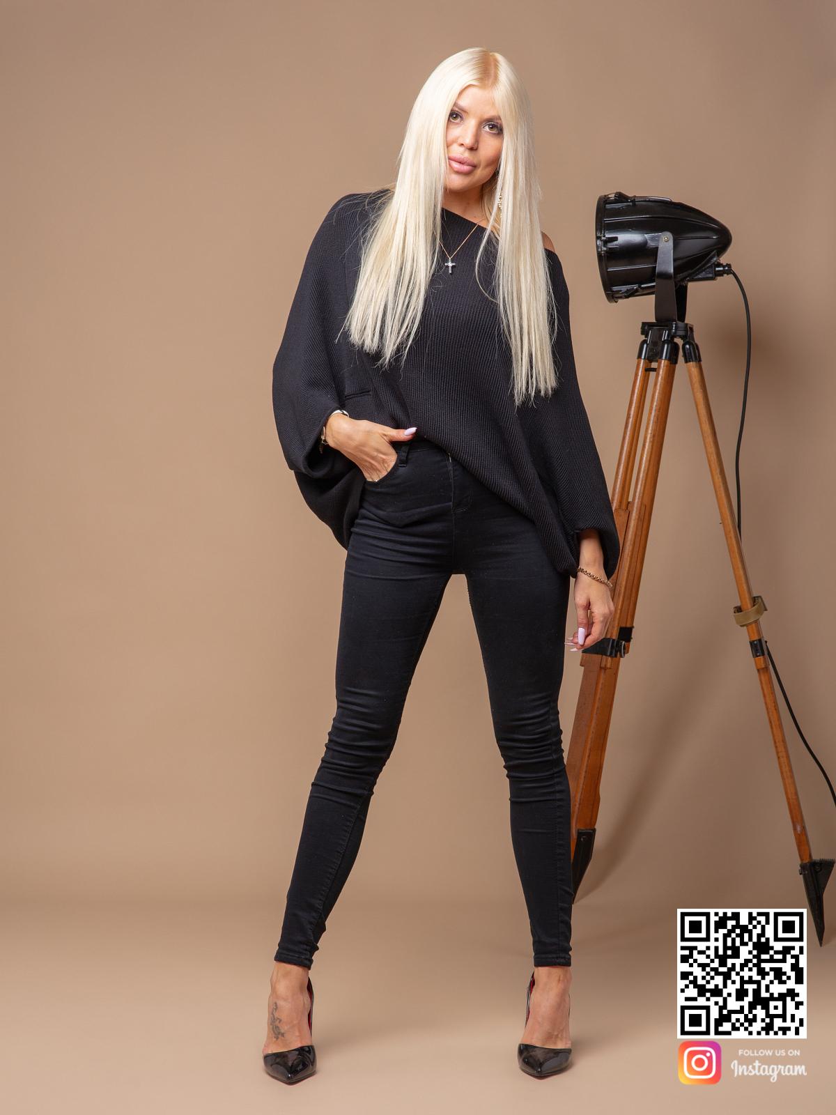 На фотографии женский черный свитер оверсайз от Shapar, бренда вязаной одежды ручной работы в интернет-магазине связанных спицами вещей.