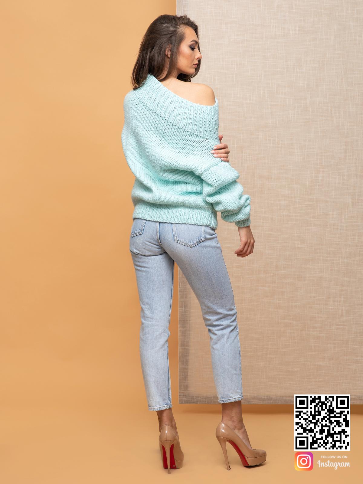 На второй фотографии джемпер женский оверсайз со спины от Shapar, бренда вязаной одежды ручной работы в интернет-магазине связанных спицами вещей.