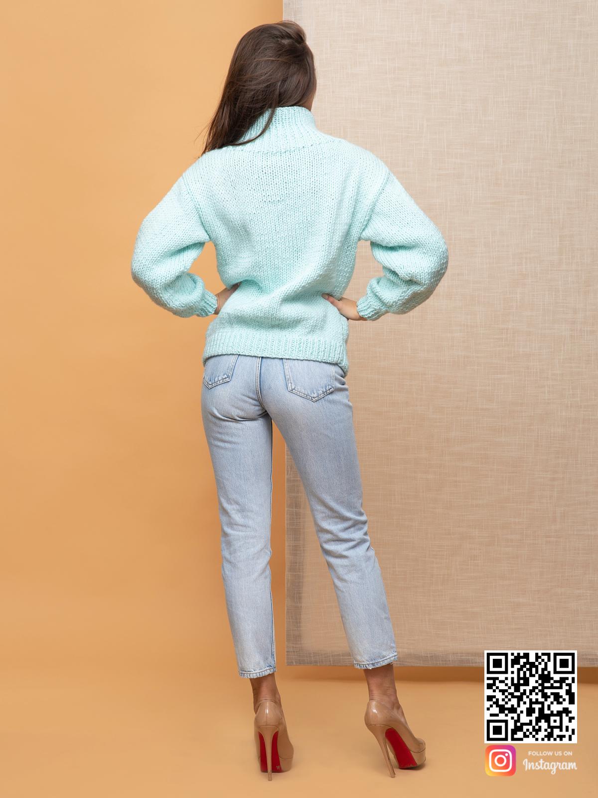 На пятой фотографии джемпер женский оверсайз бирюзового цвета от Shapar, бренда вязаной одежды ручной работы в интернет-магазине связанных спицами вещей.