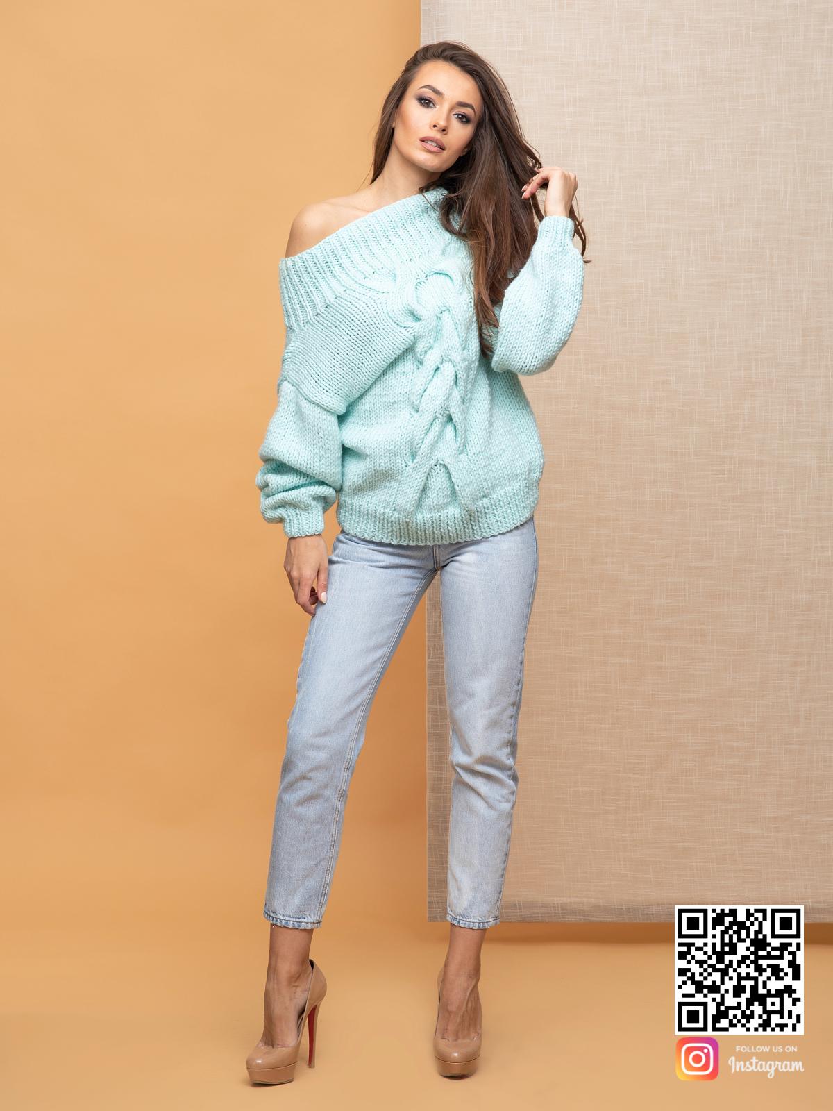 На шестой фотографии джемпер женский оверсайз с крупной косой от Shapar, бренда вязаной одежды ручной работы в интернет-магазине связанных спицами вещей.