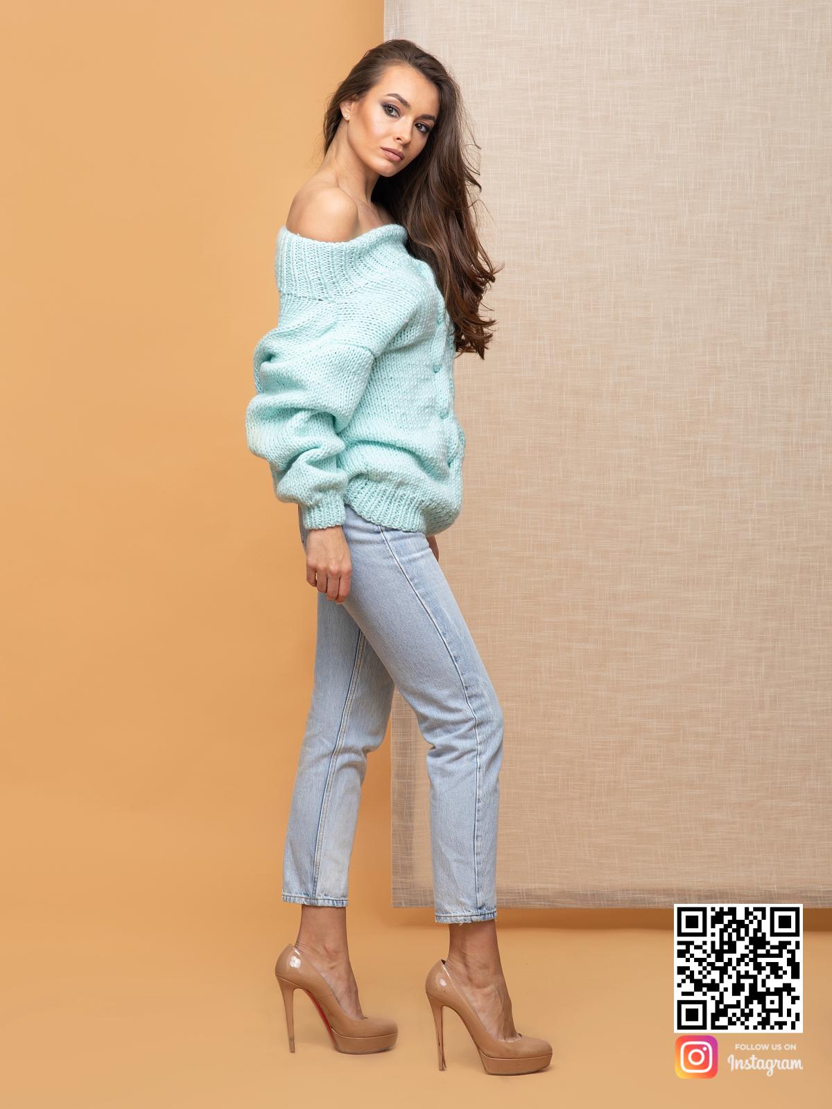 На третьей фотографии джемпер женский оверсайз со спущенными плечами от Shapar, бренда вязаной одежды ручной работы в интернет-магазине связанных спицами вещей.