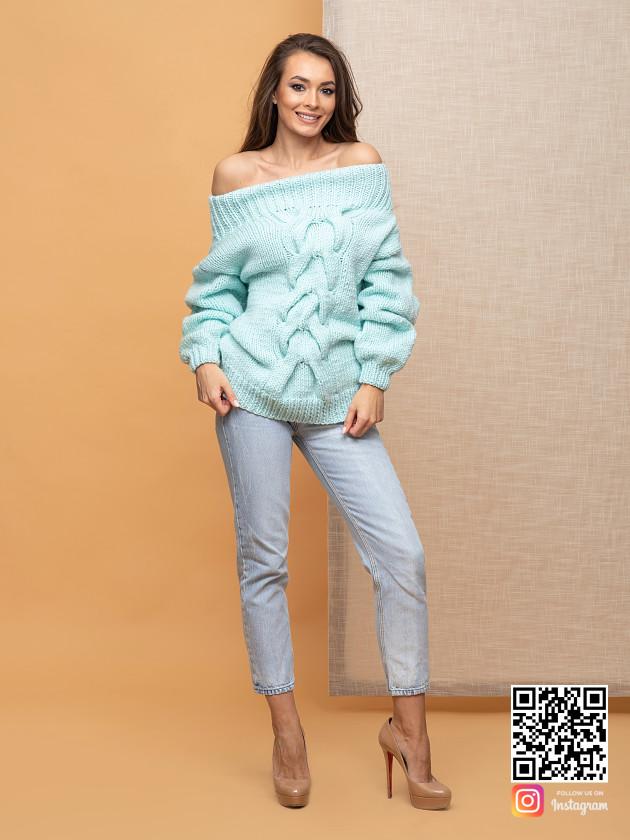 На фотографии джемпер женский оверсайз от Shapar, бренда вязаной одежды ручной работы в интернет-магазине связанных спицами вещей.
