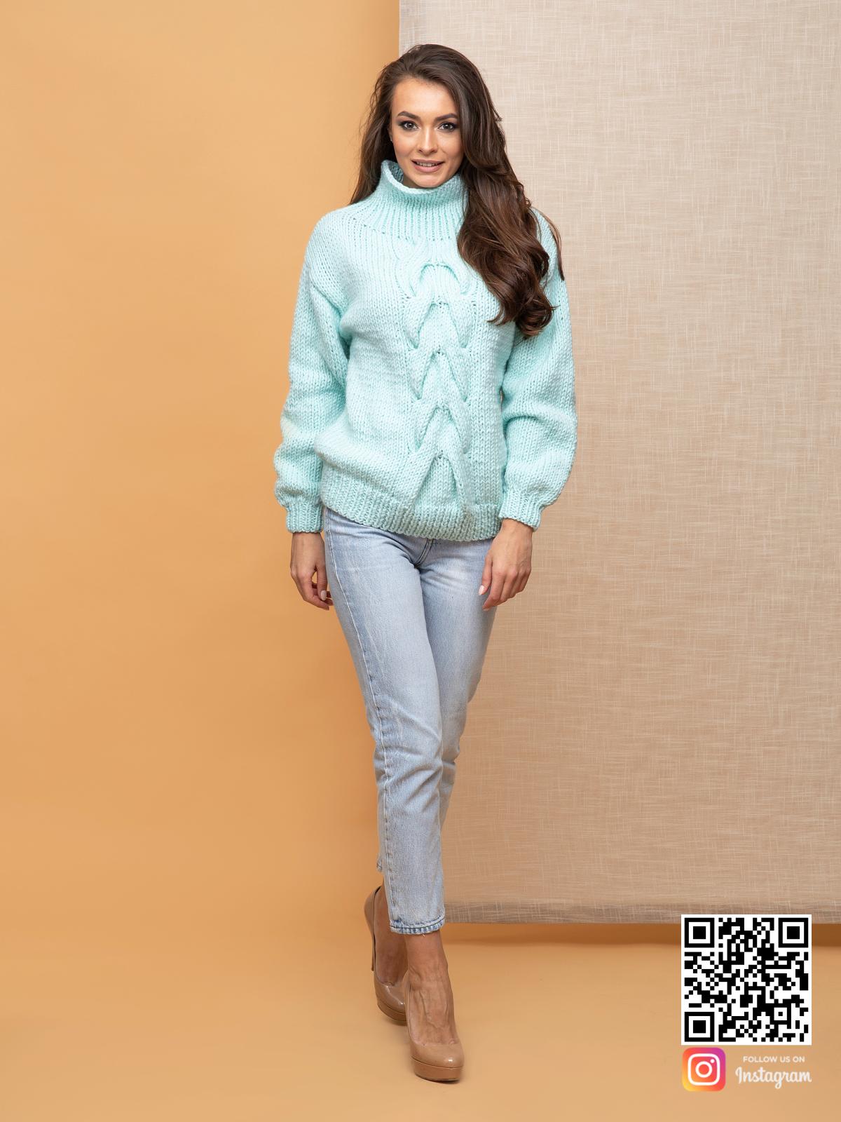 На четвертой фотографии джемпер женский оверсайз с поднятым воротником от Shapar, бренда вязаной одежды ручной работы в интернет-магазине связанных спицами вещей.
