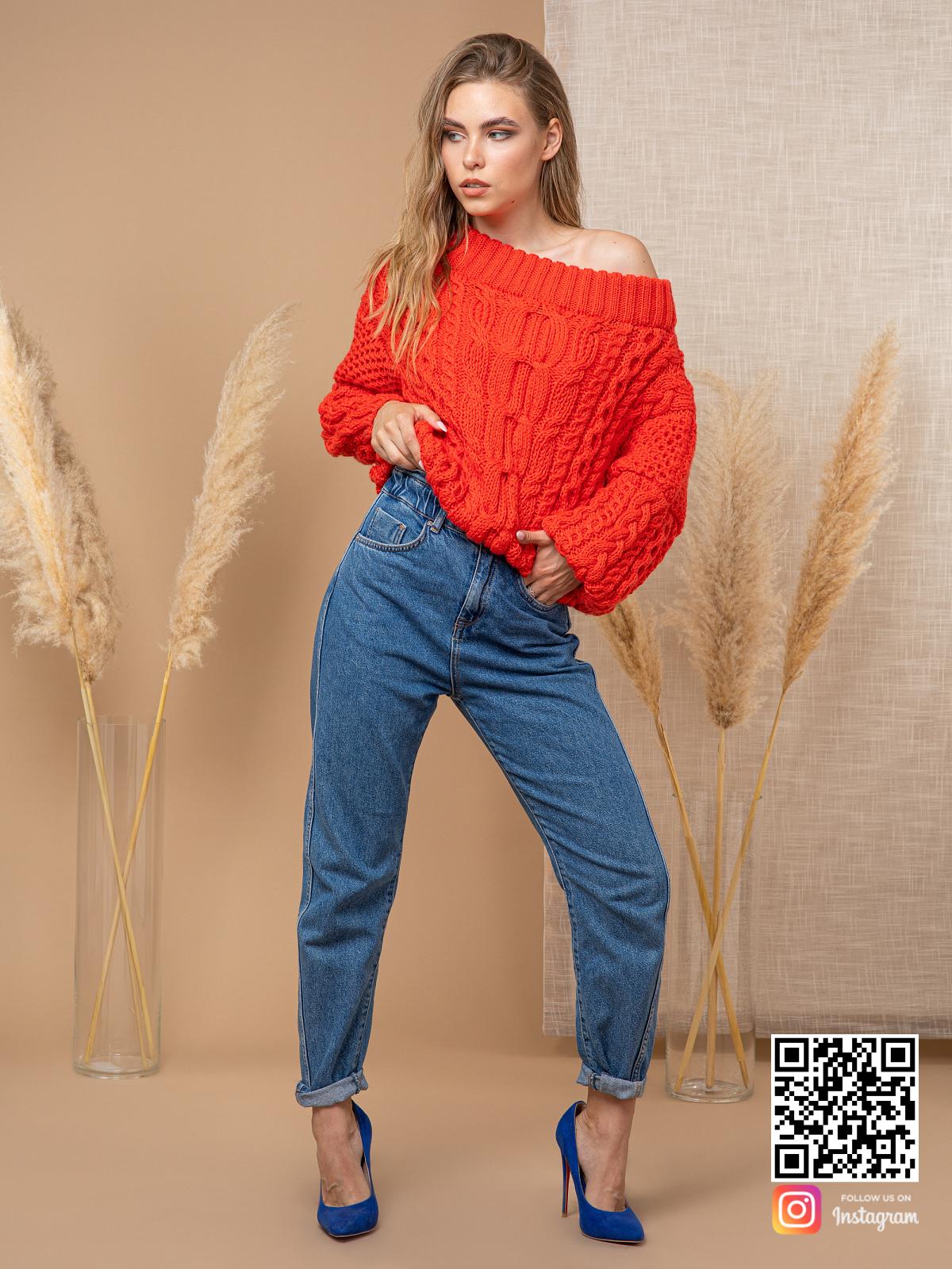 На фотографии джемпер женский с косами от Shapar, бренда вязаной одежды ручной работы в интернет-магазине связанных спицами вещей.