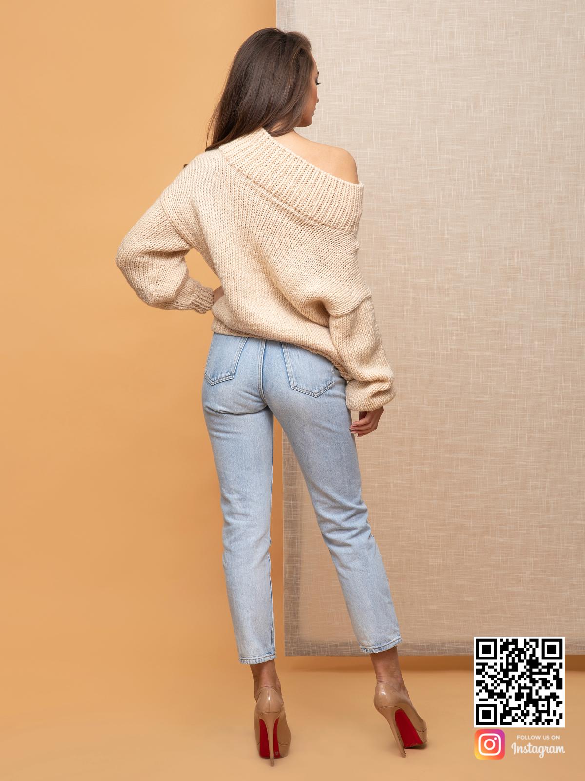 На второй фотографии женский элегантный свитер со спины от Shapar, бренда вязаной одежды ручной работы в интернет-магазине связанных спицами вещей.